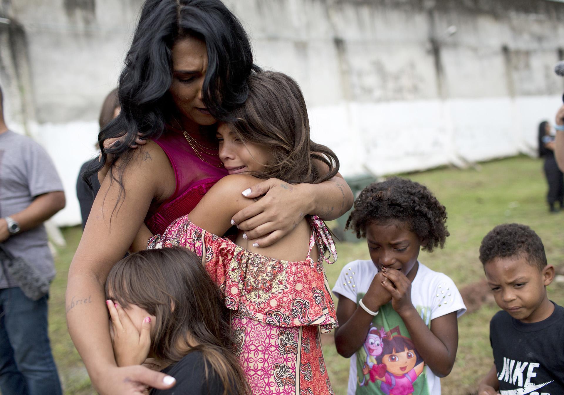 Una de las concursantes, la reclusa Rossana Goncalves, se reencuentra con sus hijos el día del desfile