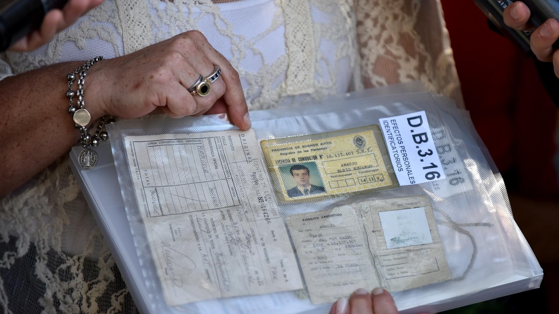 Las pertenencias de uno de los caídos en manos de su madre (Gustavo Gavotti)