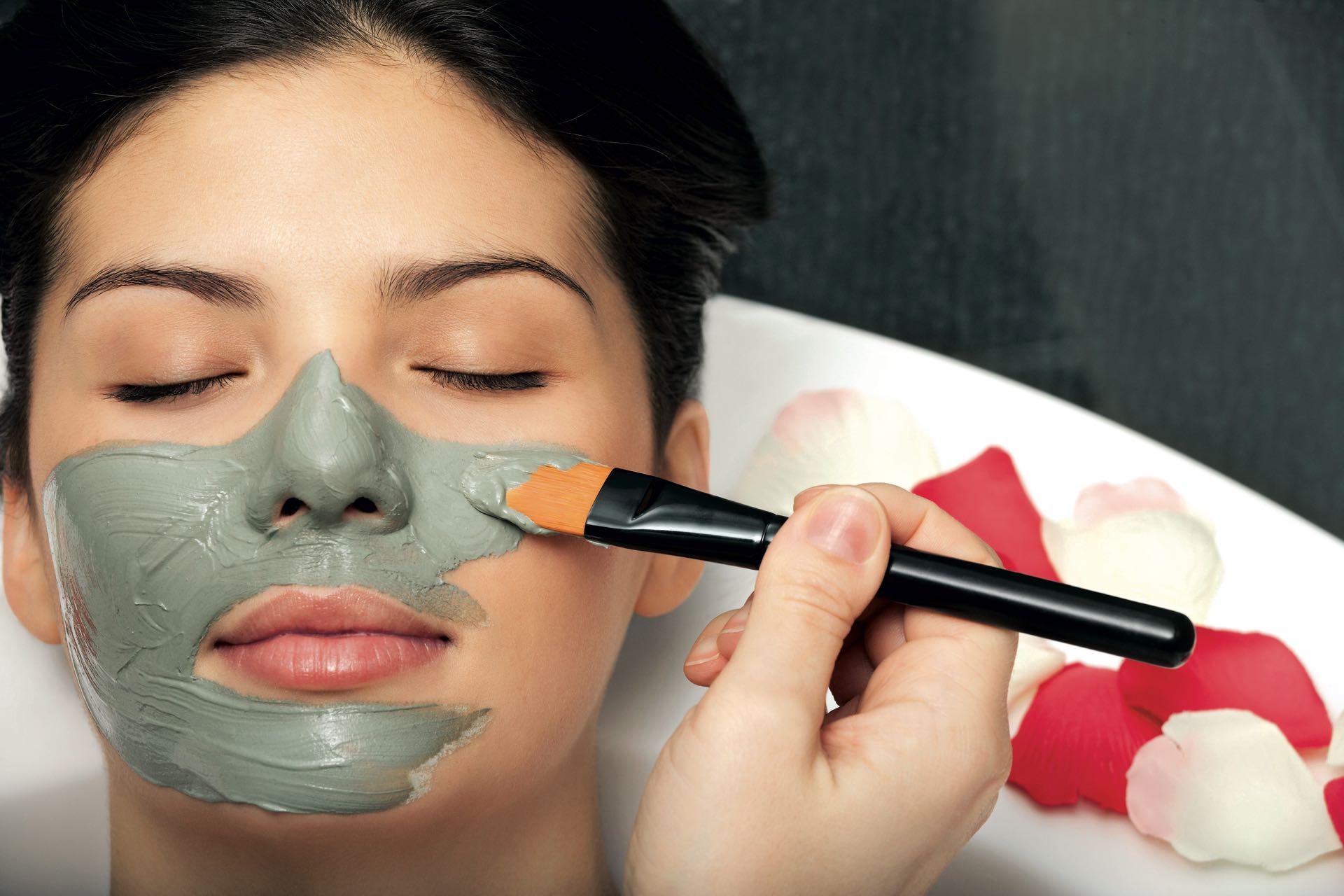 Relax con una mascarilla para el rostro