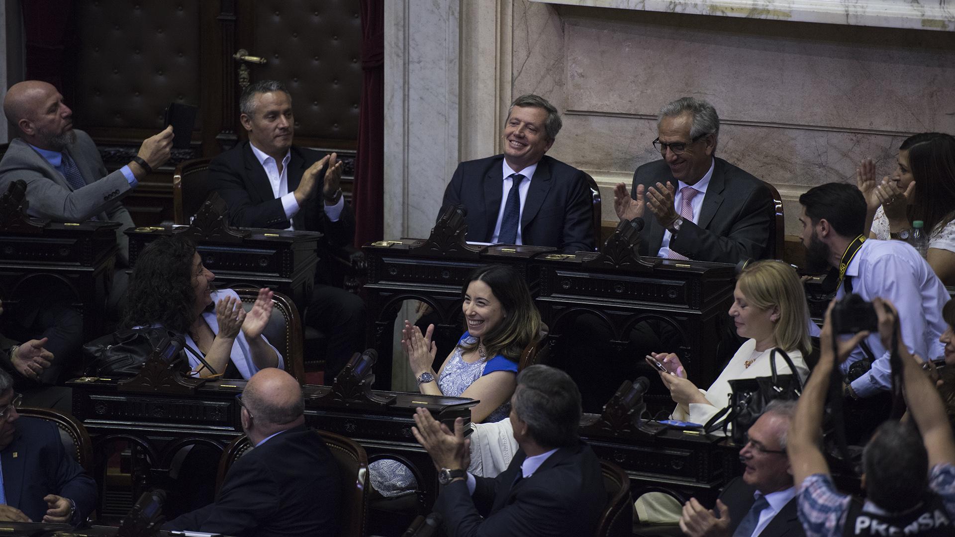 Los legisladores aplauden al presidente de la Cámara, Emilio Monzó