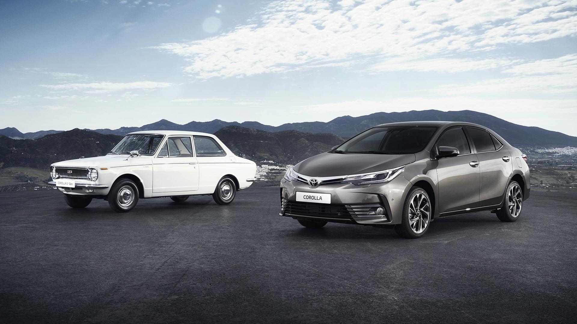 La primera y la última generación de Corolla. Los separan más de 50 años de historia.