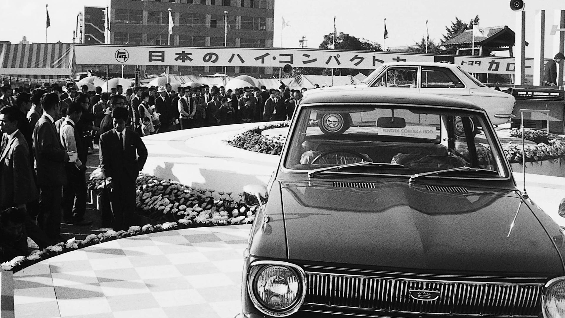Foto del lanzamiento del primer modelo de Corolla, en Japón.