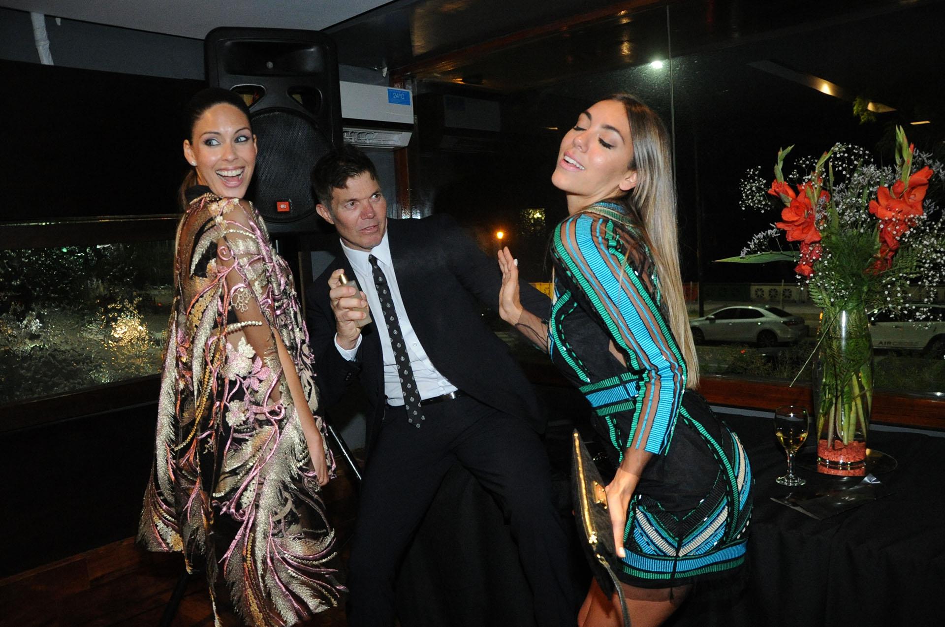 Fernando Burlando le tira perfume a Floppy Tesouro, mientras Barby Franco se ríe