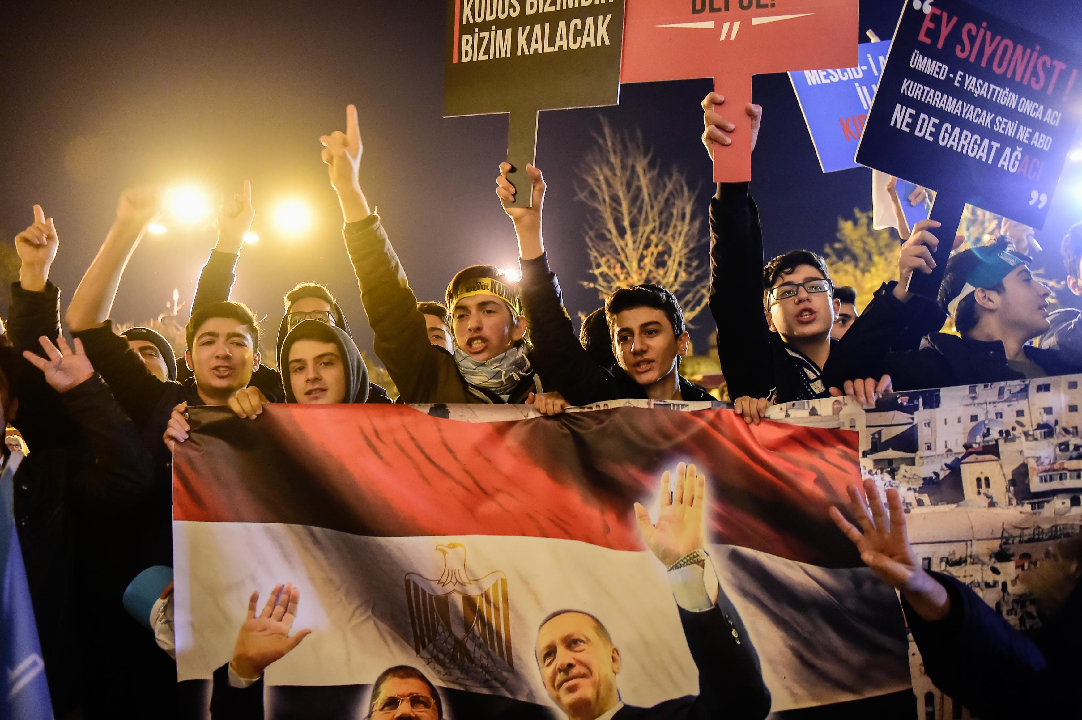 Simpatizantes del presidente turco Recep Erdogan y del depuesto presidente egipcio Mohammed Morsi marchan contra la medida de Estados Unidos(AFP)