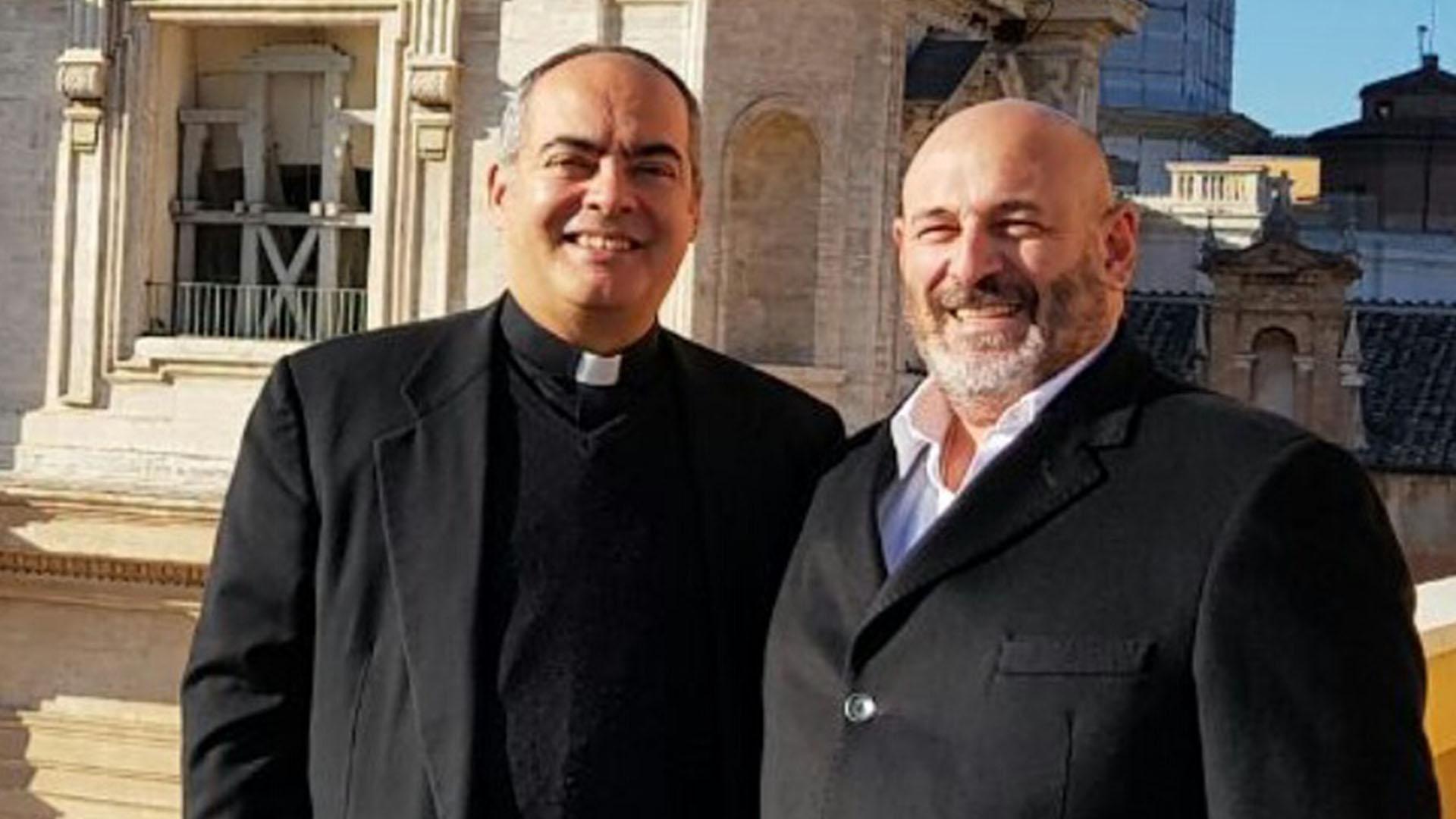 El periodista de Crónica Santiago Cúneo junto al vocero del Vaticano, Guillermo Karcher