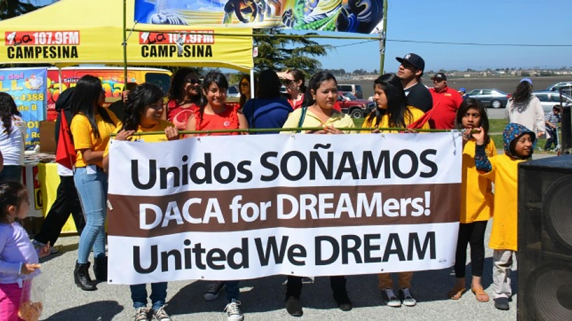 Los demócratas buscan financiación del gobierno para proteger a los dreamers afectados por la derogación de DACA.