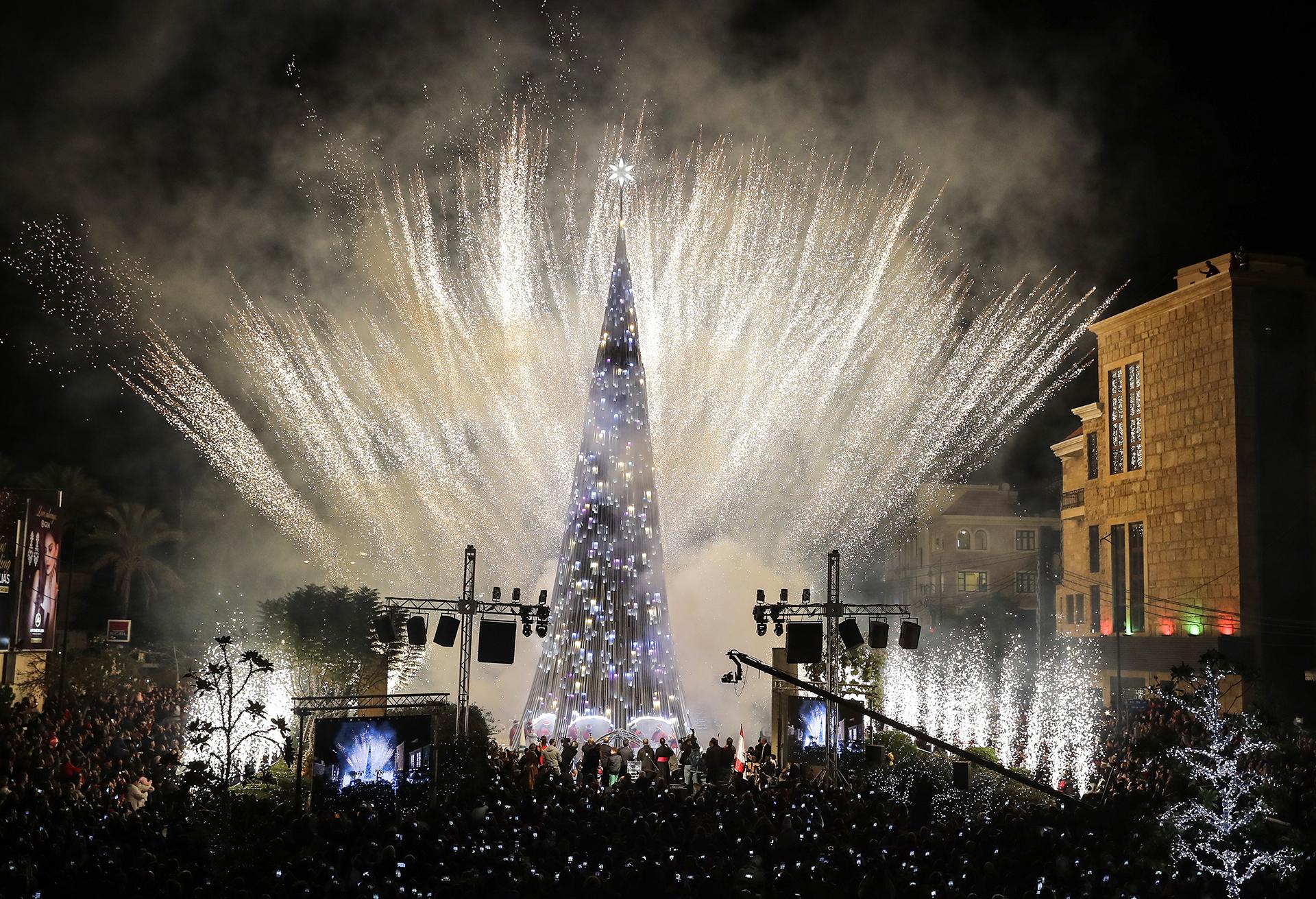 Los fuegos artificiales enmarcan el árbol en la plaza de Biblos, al norte de Beirut, Líbano