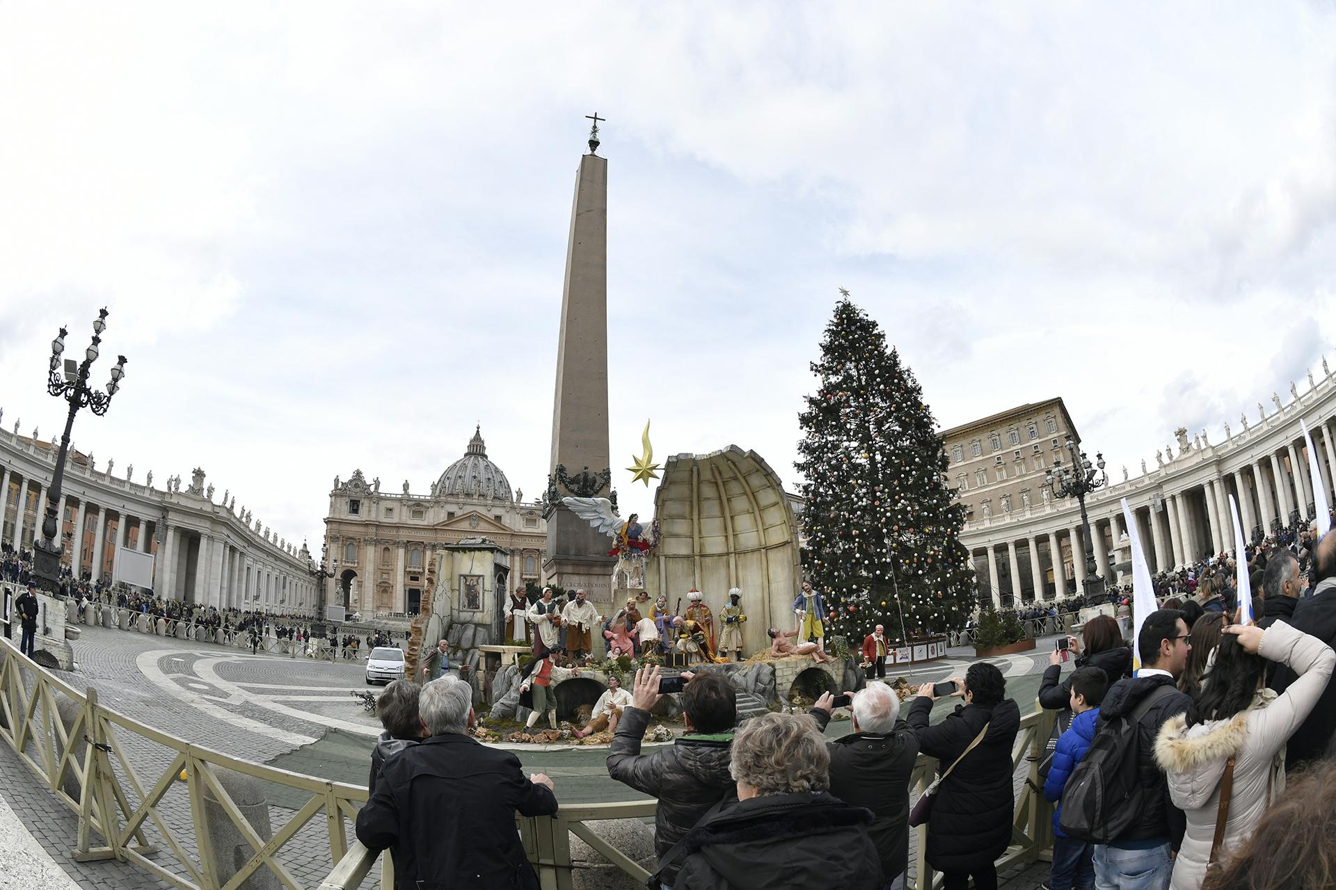 Fieles católicos aguardan por el rezo del Angelus del papa Francisco en la plaza San Pedro, donde el tradicional árbol de Navidad ya ha sido instalado