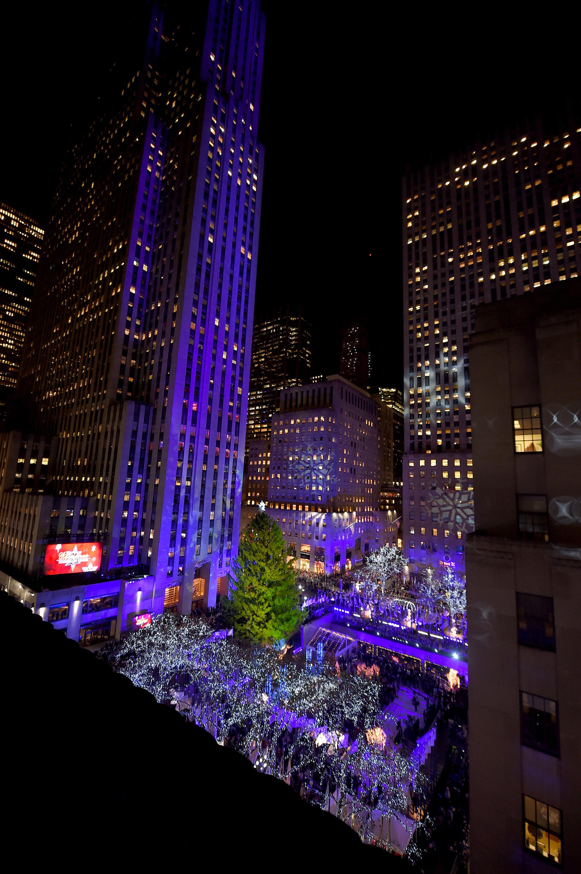 Este es el árbol 85 que se instala en el centro de Nueva York. Más de 500 mil personas pasan por allí cada día.