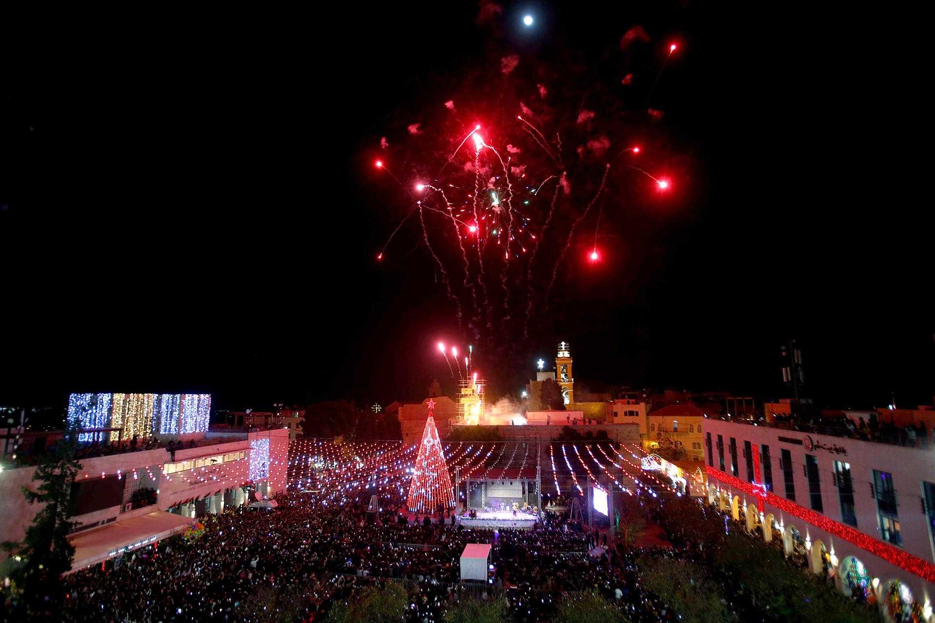 La Iglesia de la Navidad en Belén,con su marco de fuegos artificiales