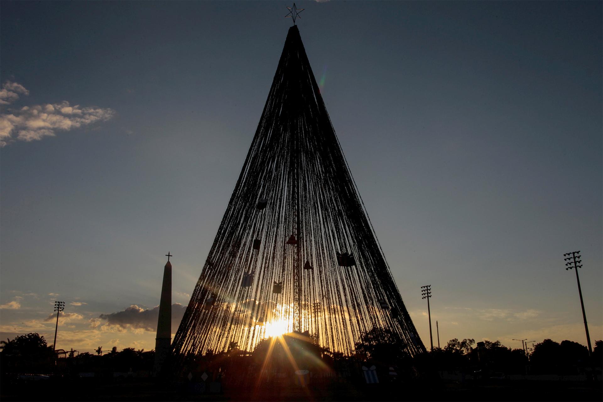 La plaza Juan Pablo II de Managua, en Nicaragua, en la puesta del Sol tras el árbol de Navidad