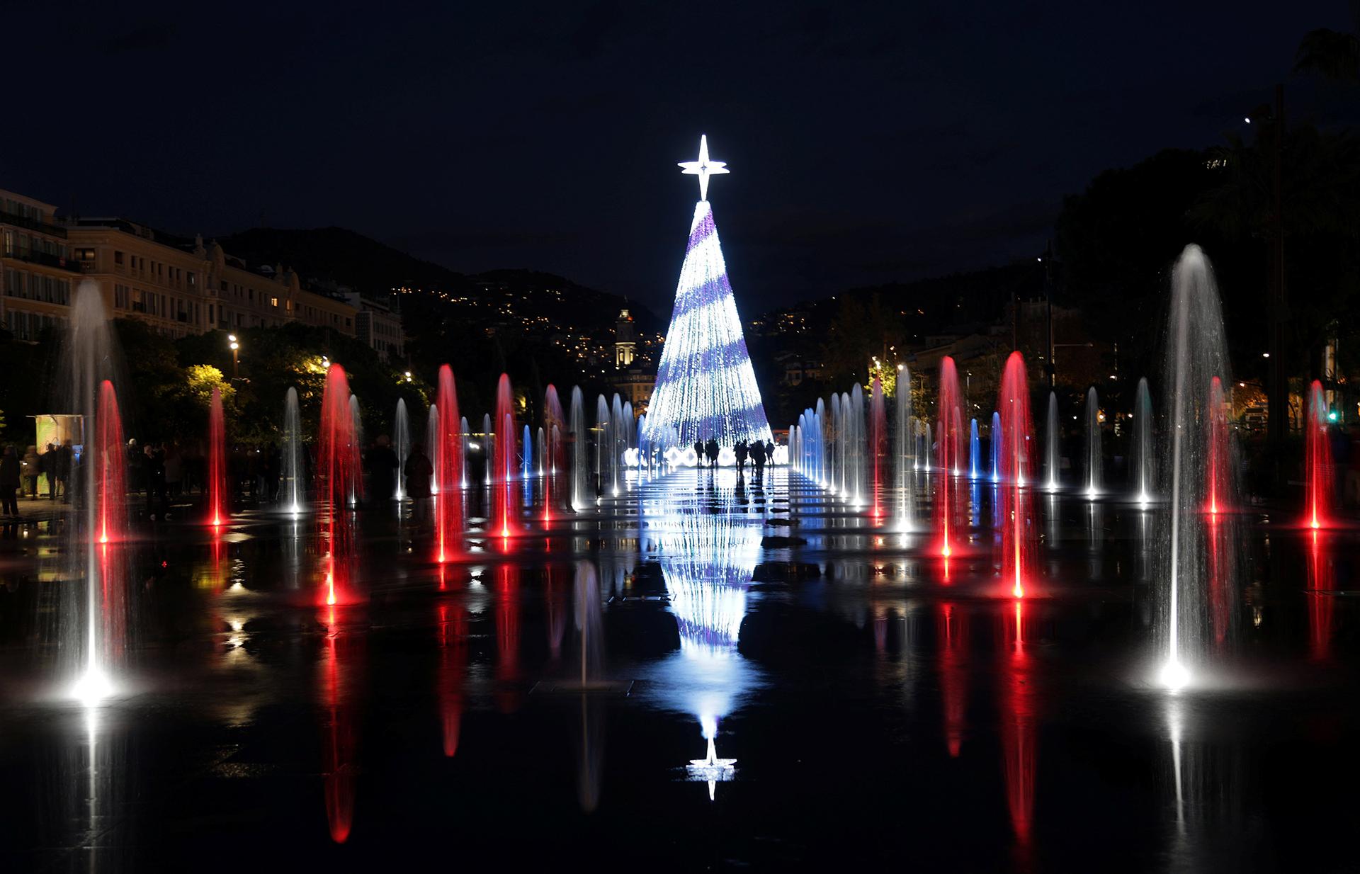 Este árbol rodeado de fuentes se encuentra en Niza, Francia