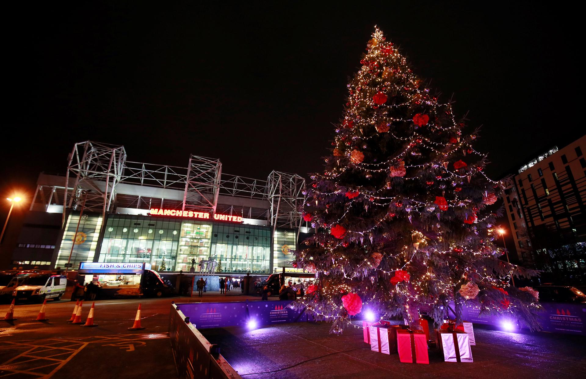 El árbol del Manchester United, frente al estadio Old Trafford