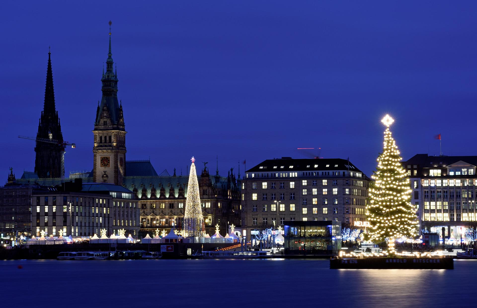 Hamburgo, Alemania, ofrece esta espectacular postal navideña con dos árboles