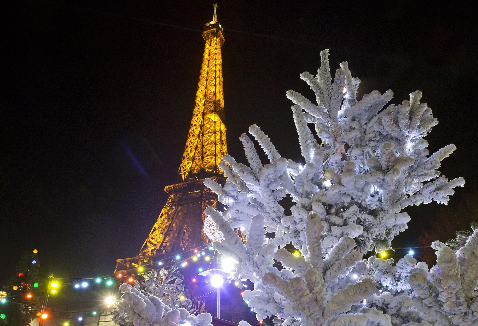 París, con la Torre Eiffel iluminada y el particular diseño de este árbol navideño
