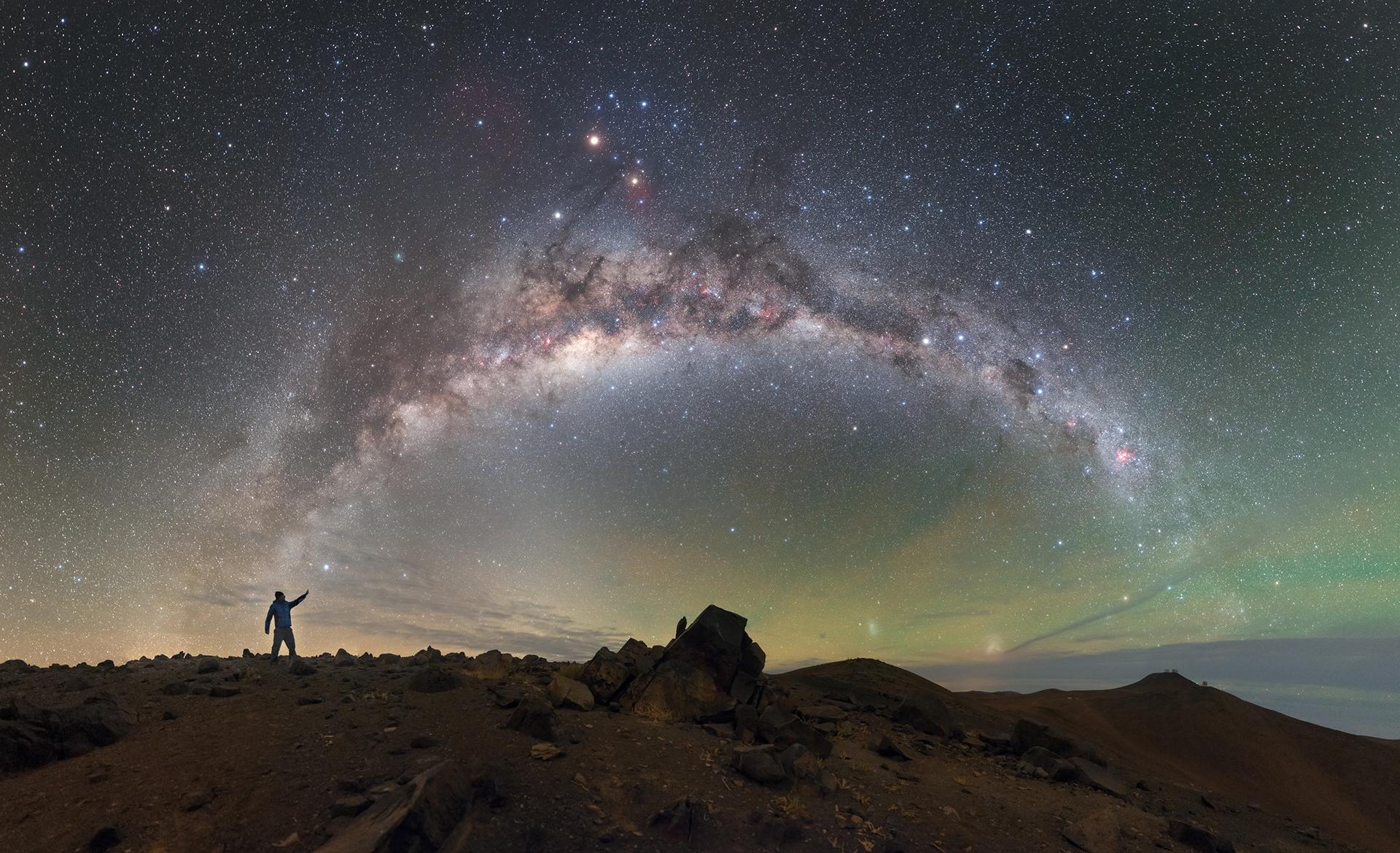 Los cielos sobre el Observatorio Paranal de ESO se asemejan al aceite sobre el agua en esta imagen de la semana de ESO, ya que los verdes, amarillos y azules se combinan para crear un paisaje de cielo iridiscente