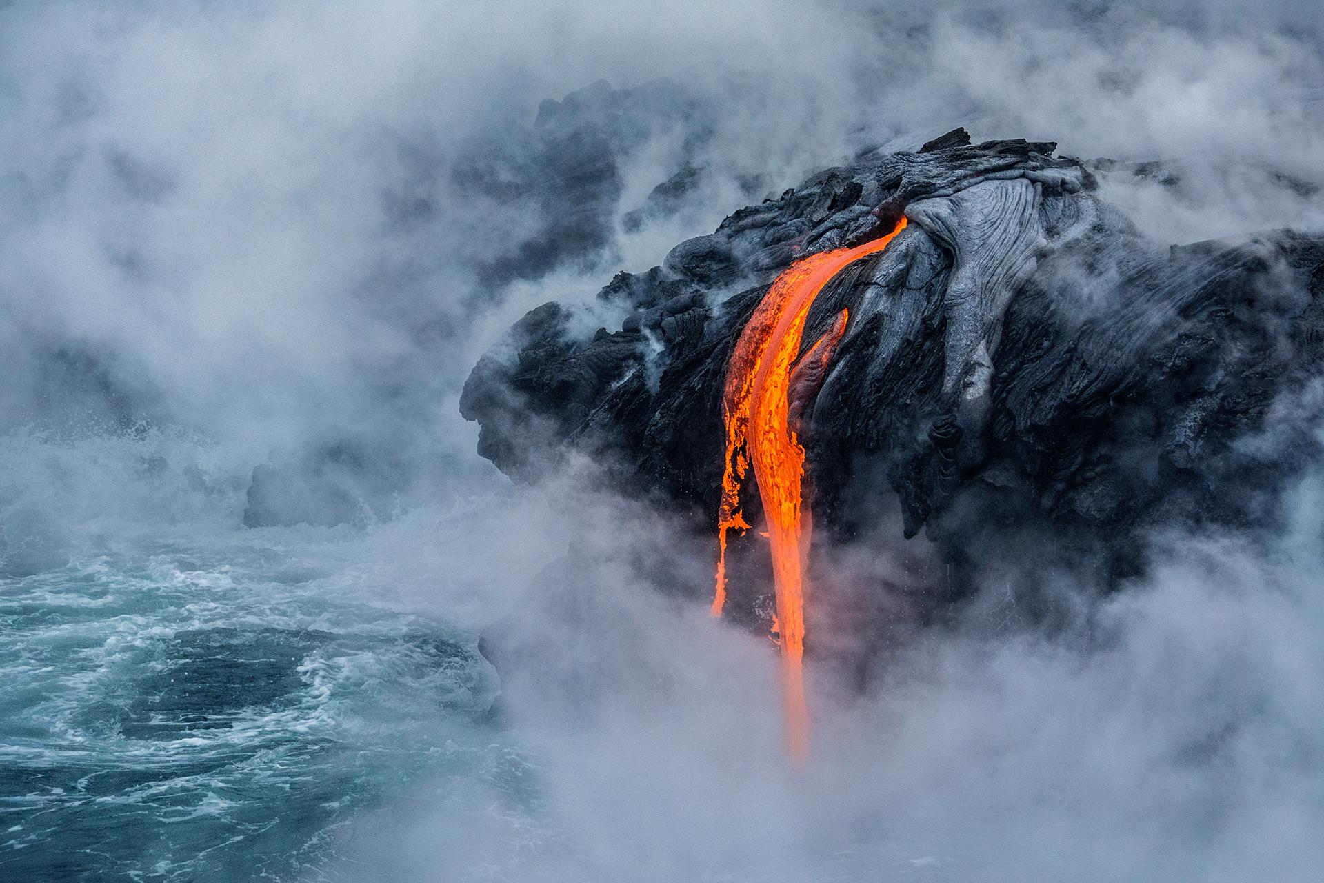 """Mención de honor: Ciencias de la Tierra y climatología. """"El fuego de Pelé"""". Sobre el flujo de lava en el activo volcán Kilauea en el Parque Nacional de Hawai"""