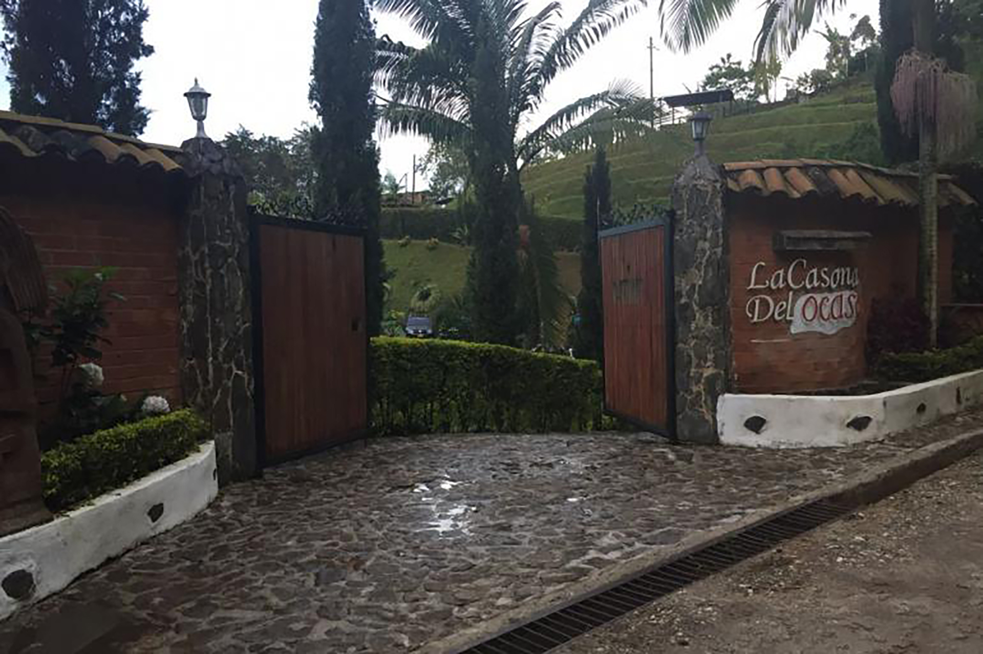 En la operación se incautaron 4 armas, 7 vehículos de gama alta, una lancha, efectivo en dólares y pesos colombianos y joyas, entre otros objetos
