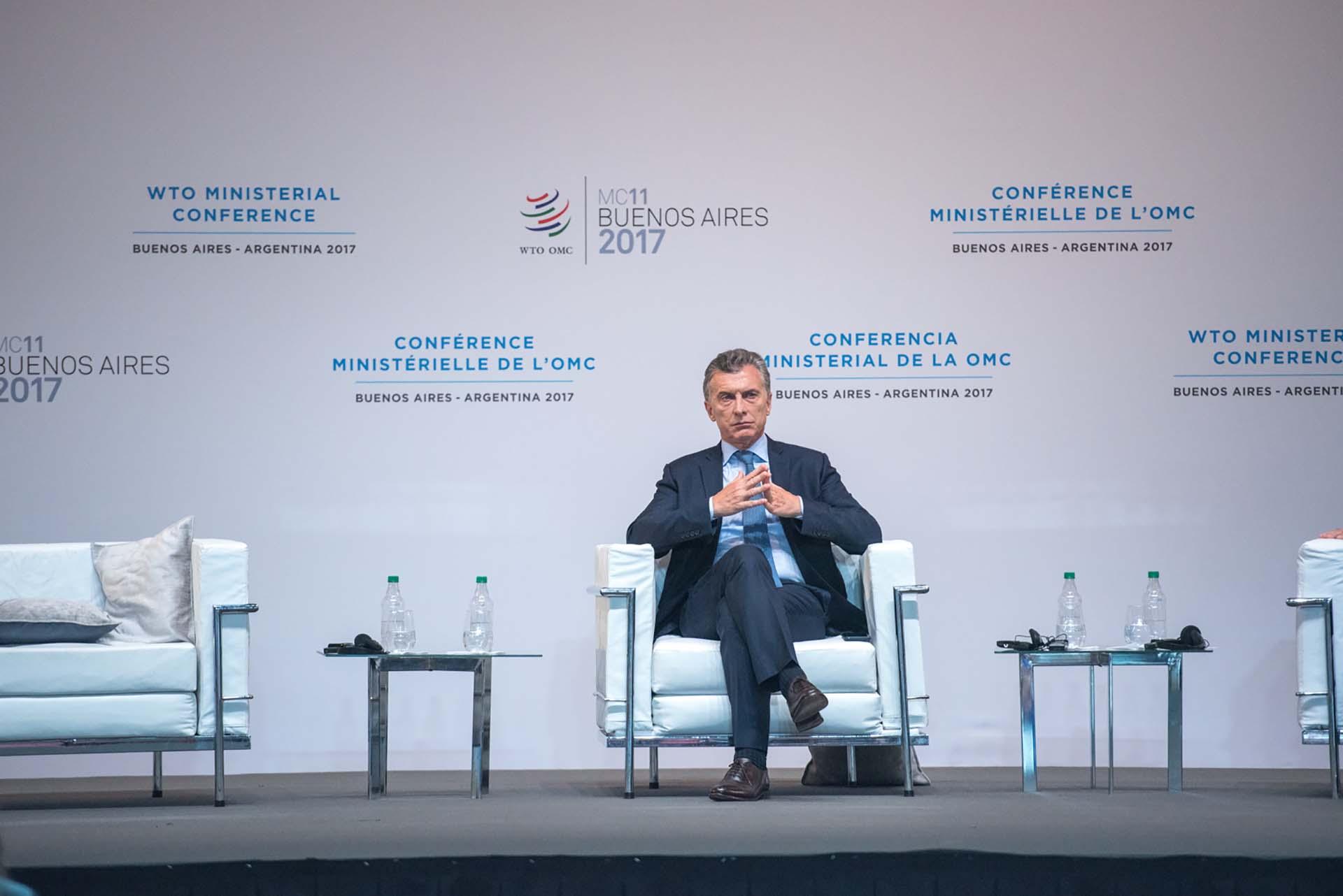 El mandatario argentino escucha uno de los discursos de sus pares de la región
