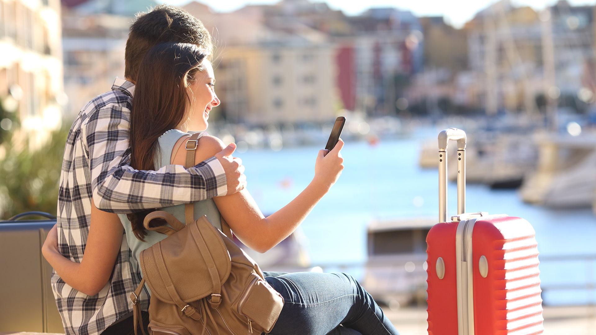 ¿De vacaciones?Con el teléfono es imposible descansar de la vida en línea.(Getty)