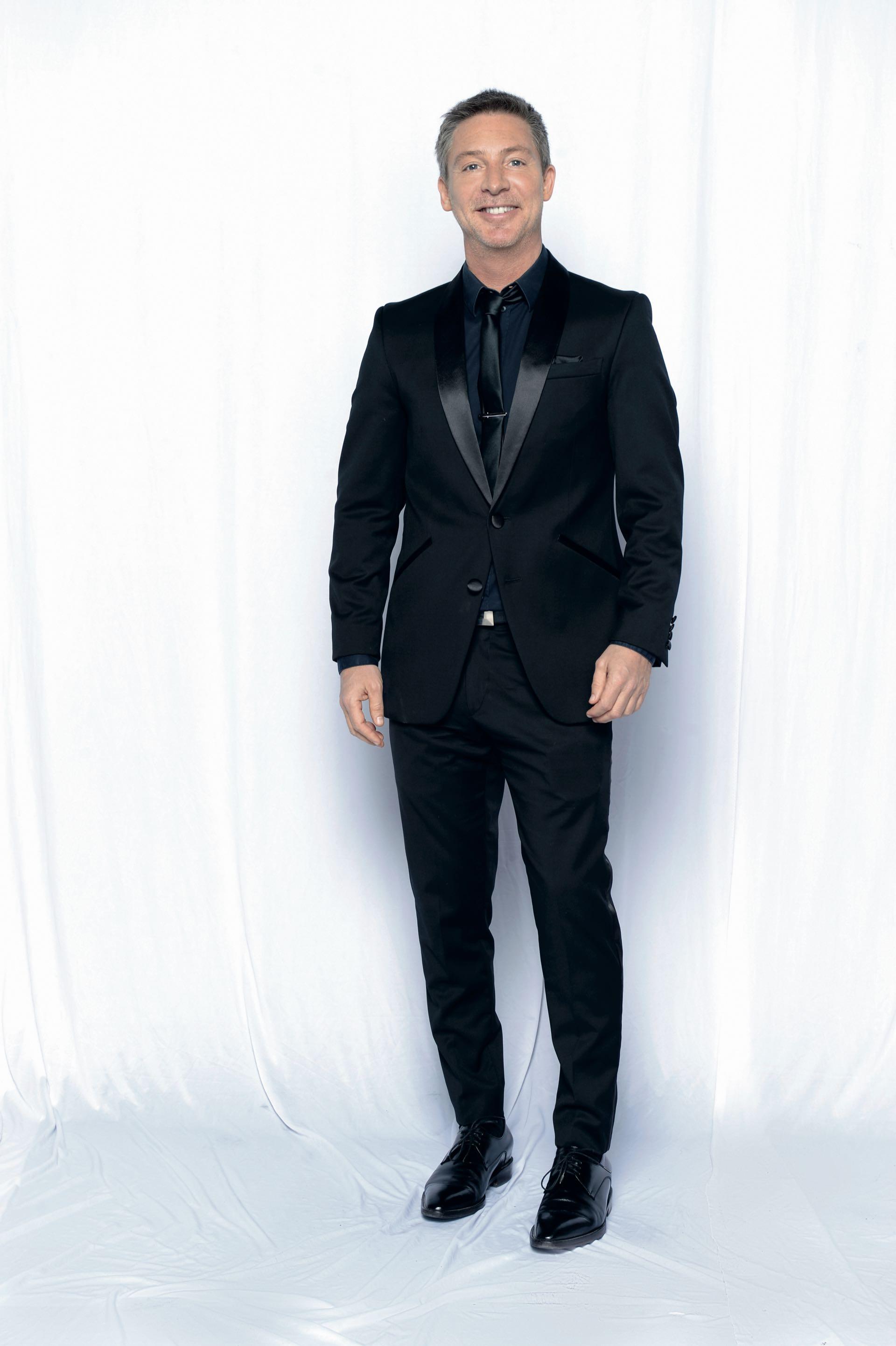 Adrián en total black by Key Biscayne y zapatos de Dolce & Gabbana. Foto: Diego García/GENTE