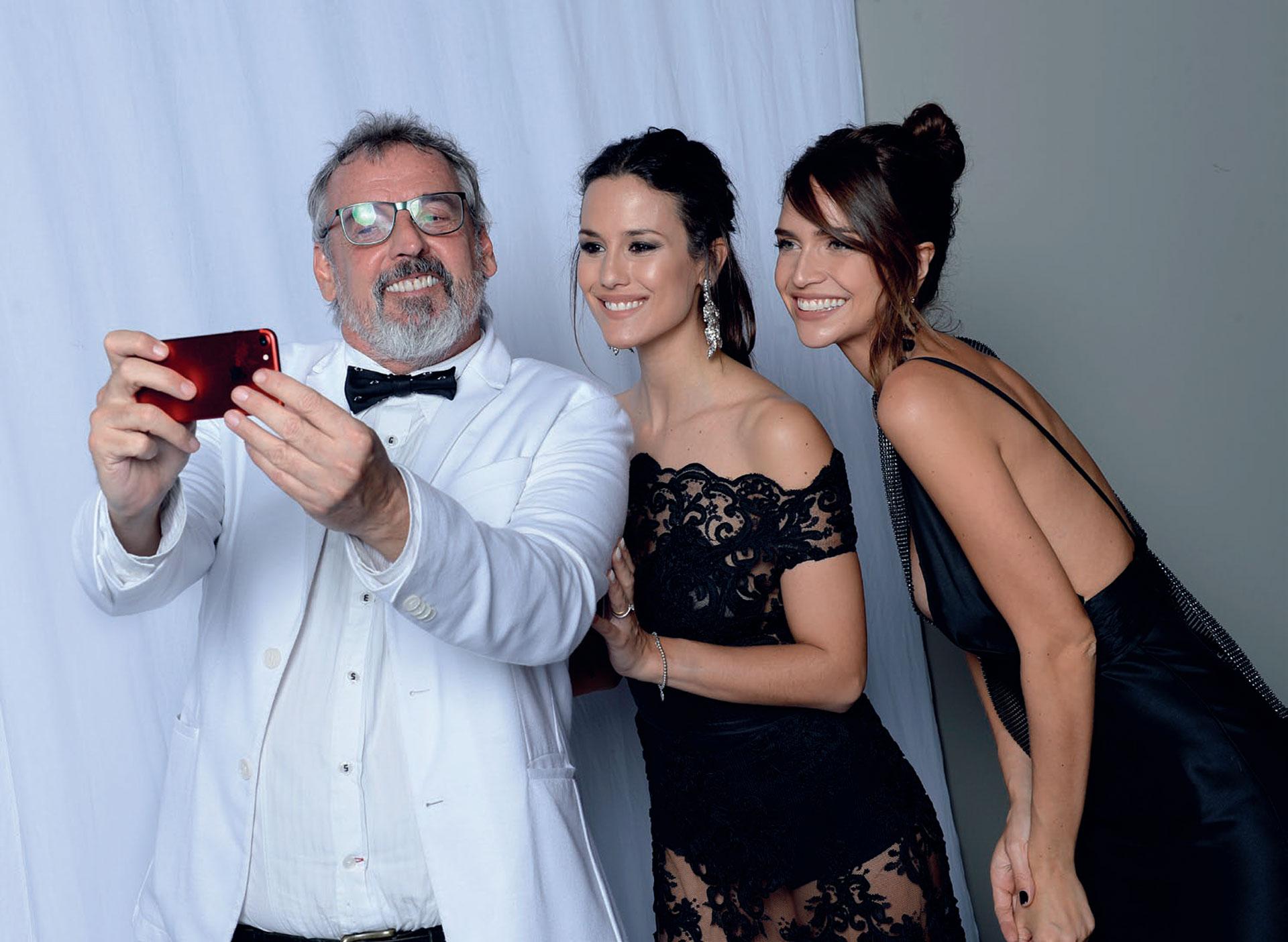 ¡Benito tú eres! Fernández se fotografió con dos diosas Multitalent: Luli Fe rnández y Zaira.