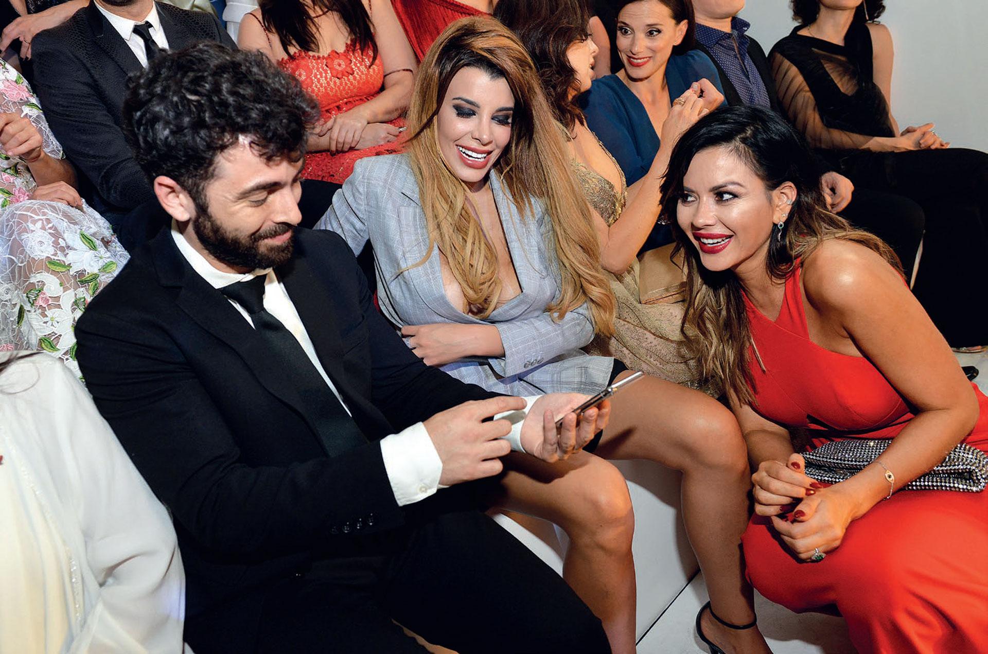 Nazareno Casero chequeó su foto con Charlotte Caniggia y Karina Jelinek.