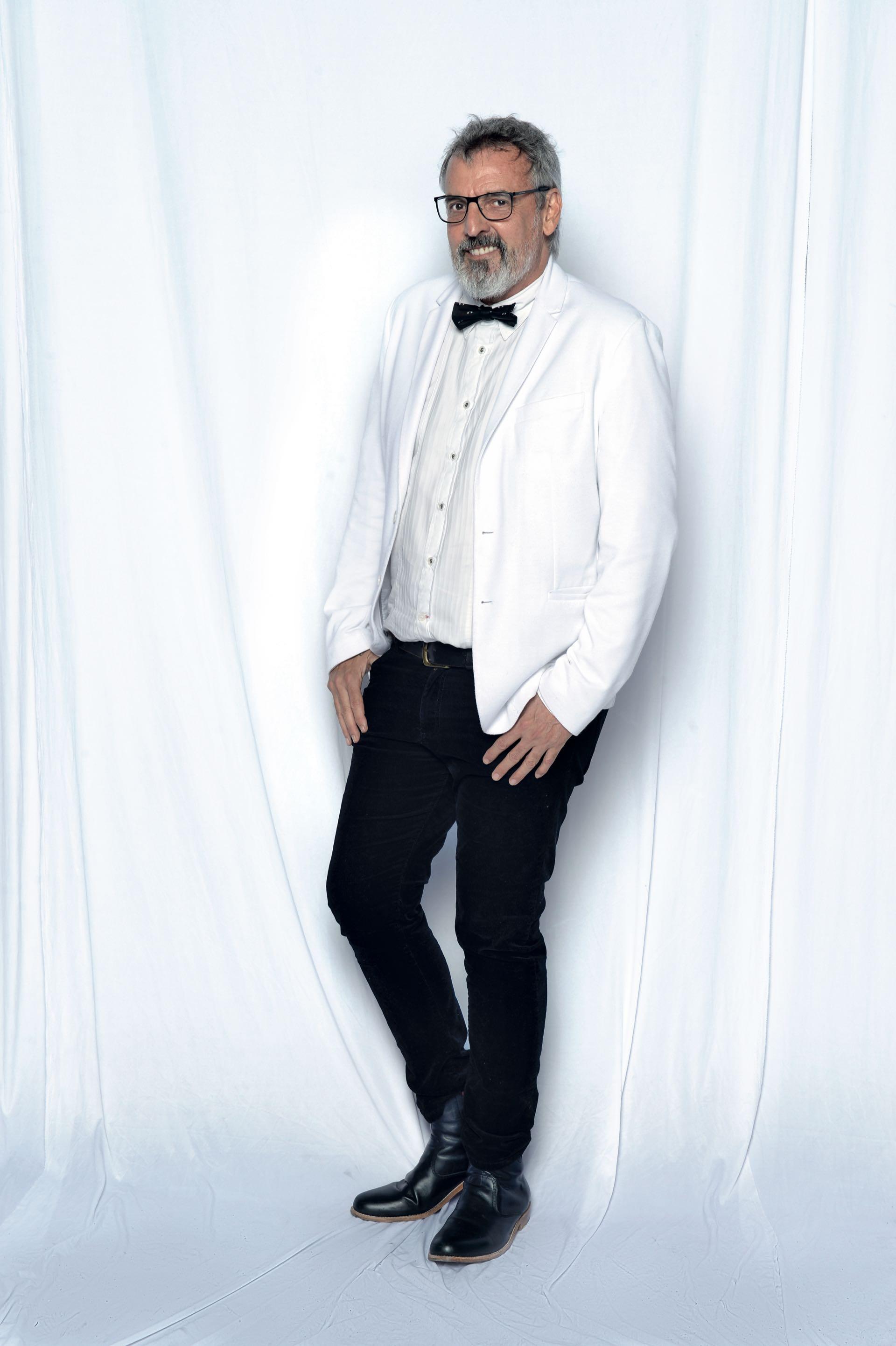 Benito Fernández con traje Kenzo y zapatos Hugo Boss. Foto: Diego García/GENTE