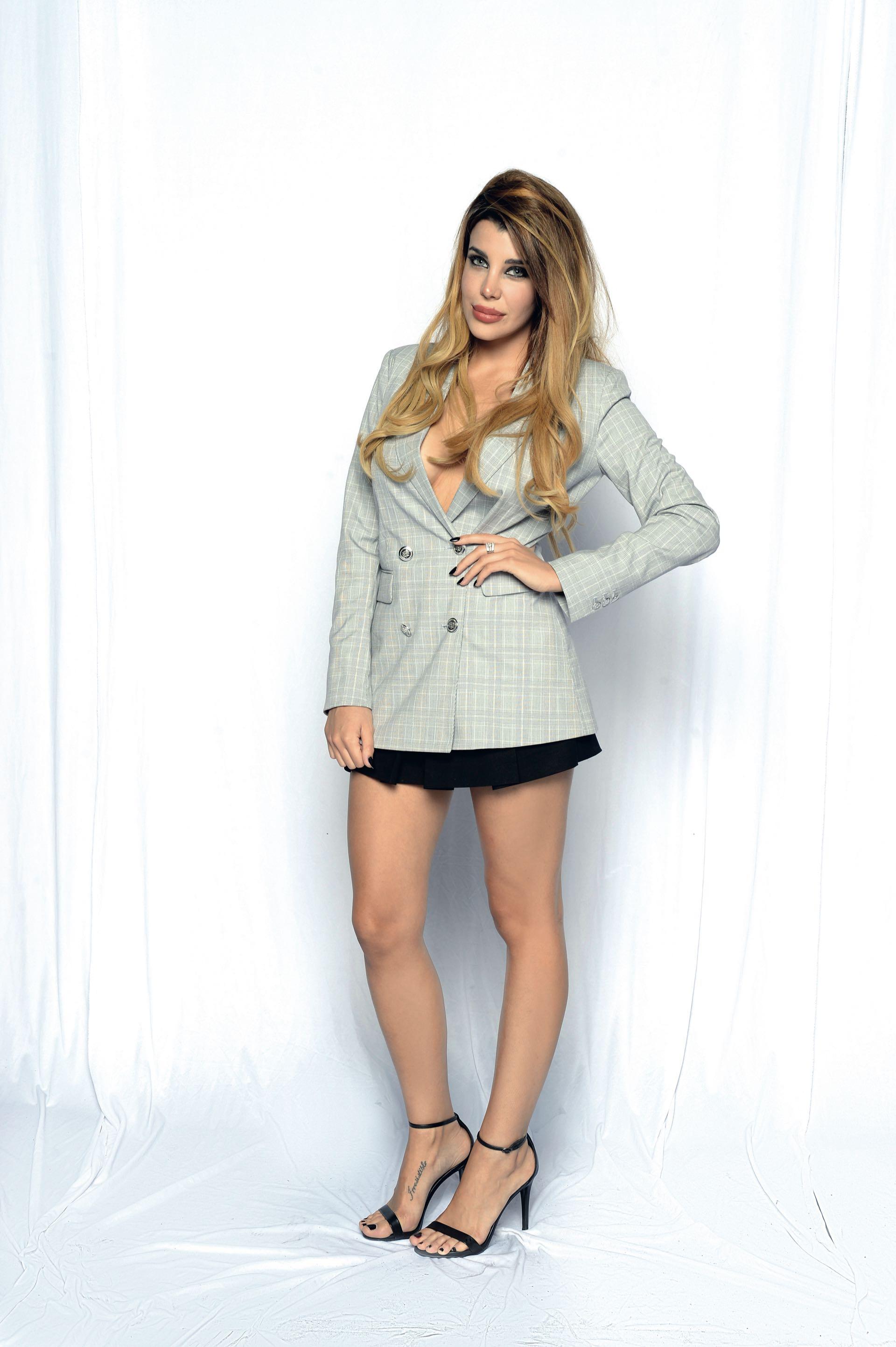 Charlotte Caniggia con blazer cruzado, mini y stilettos, de su guardarropas internacional.