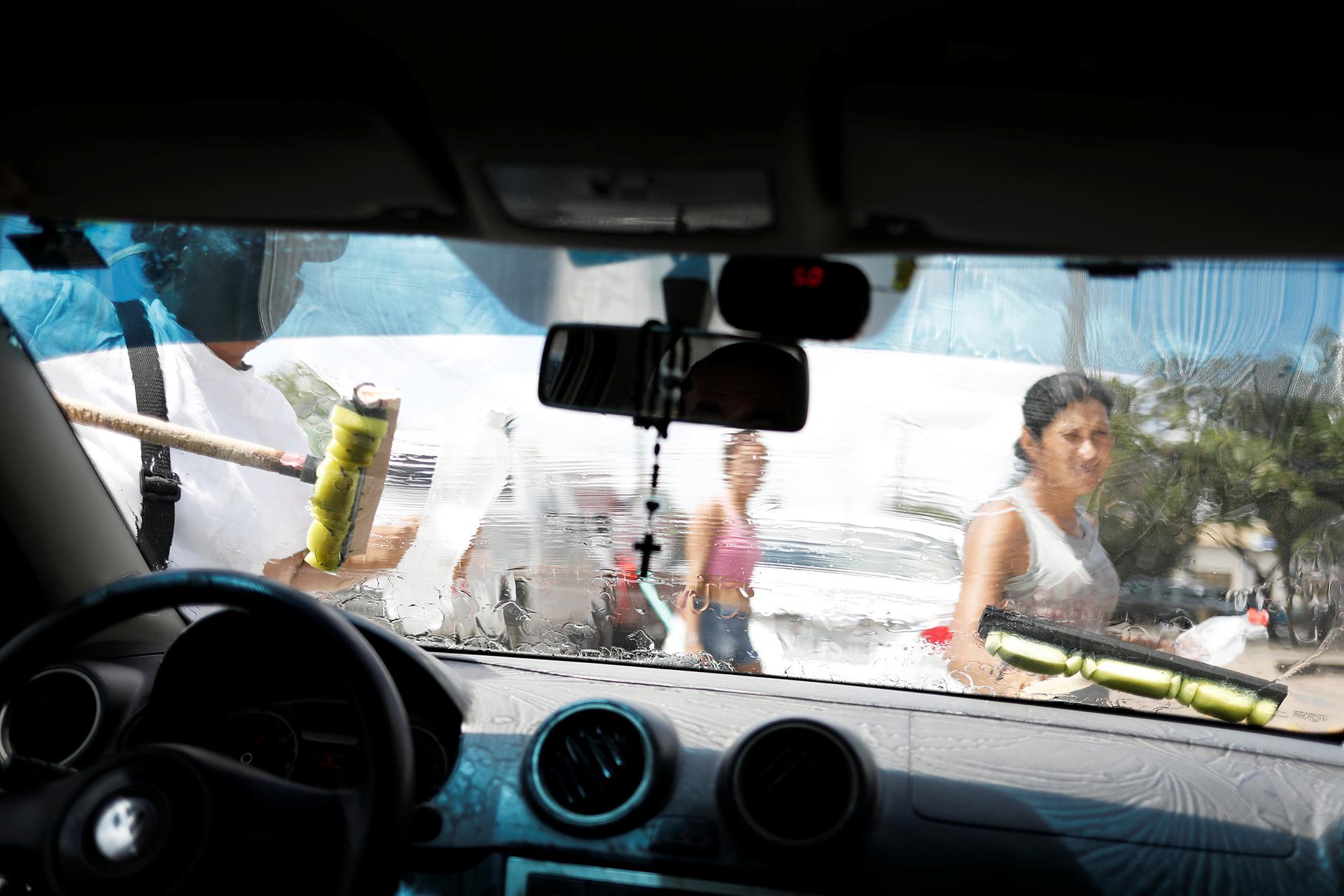 Muchos venezolanos en Brasil se dedican a limpiar vidrios de vehículos para sobrevivir (REUTERS)