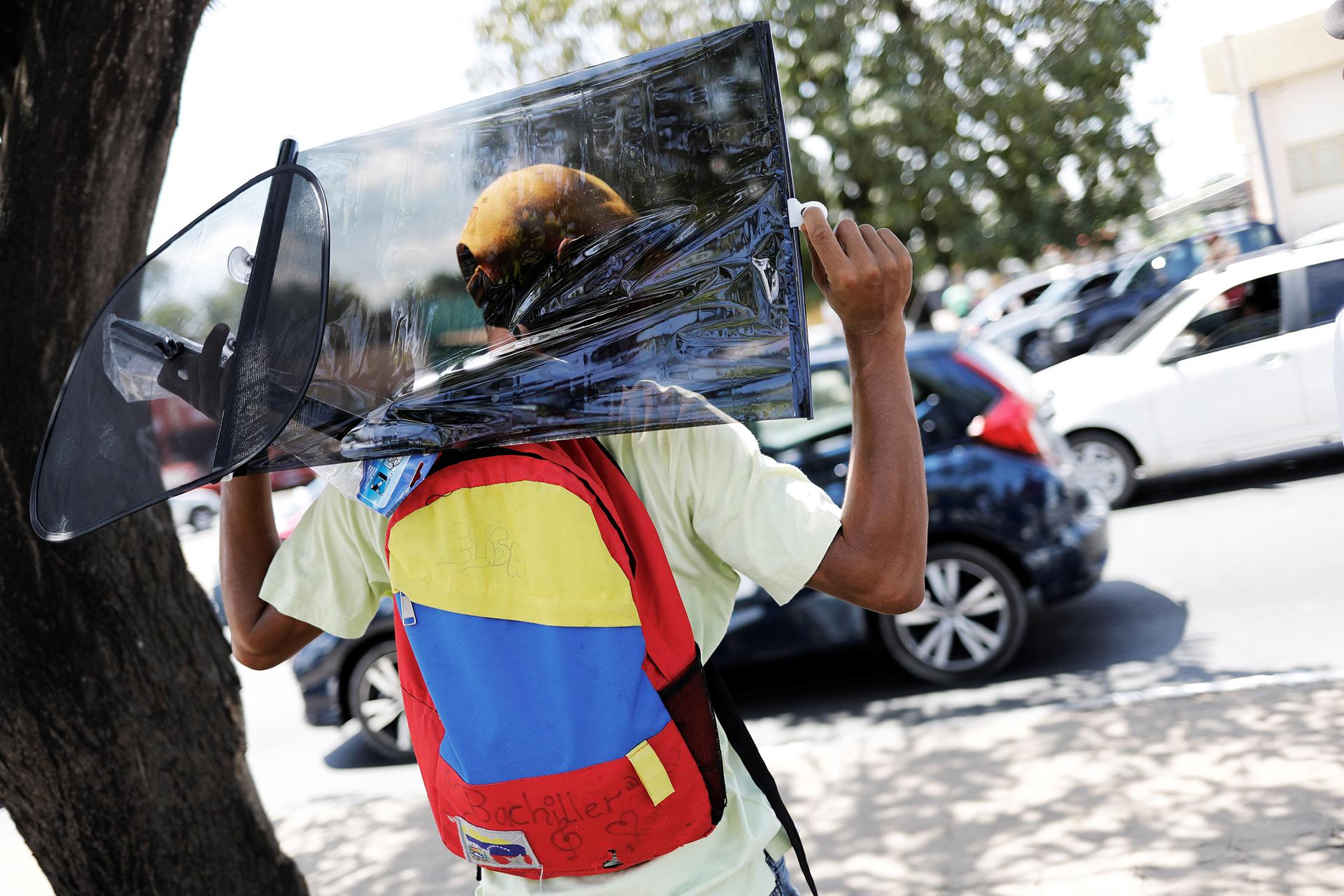 Jóvenes venezolanos venden todo tipo de productos en las calles de Roraima (REUTERS)