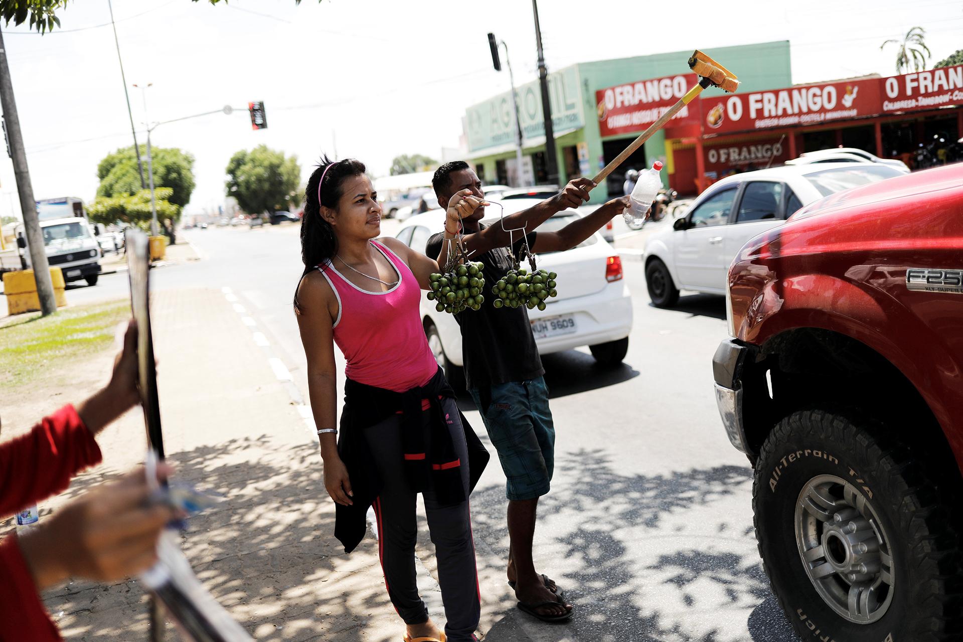 Muchos se dedican a limpiar vidrios (REUTERS)