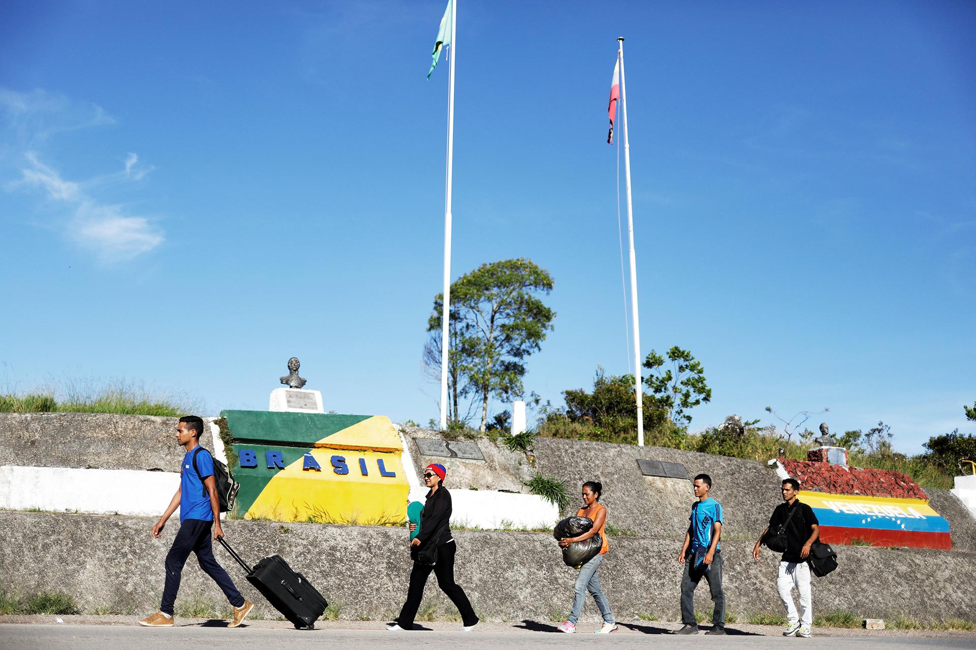 El paso fronterizo lleno de gente siempre (REUTERS)