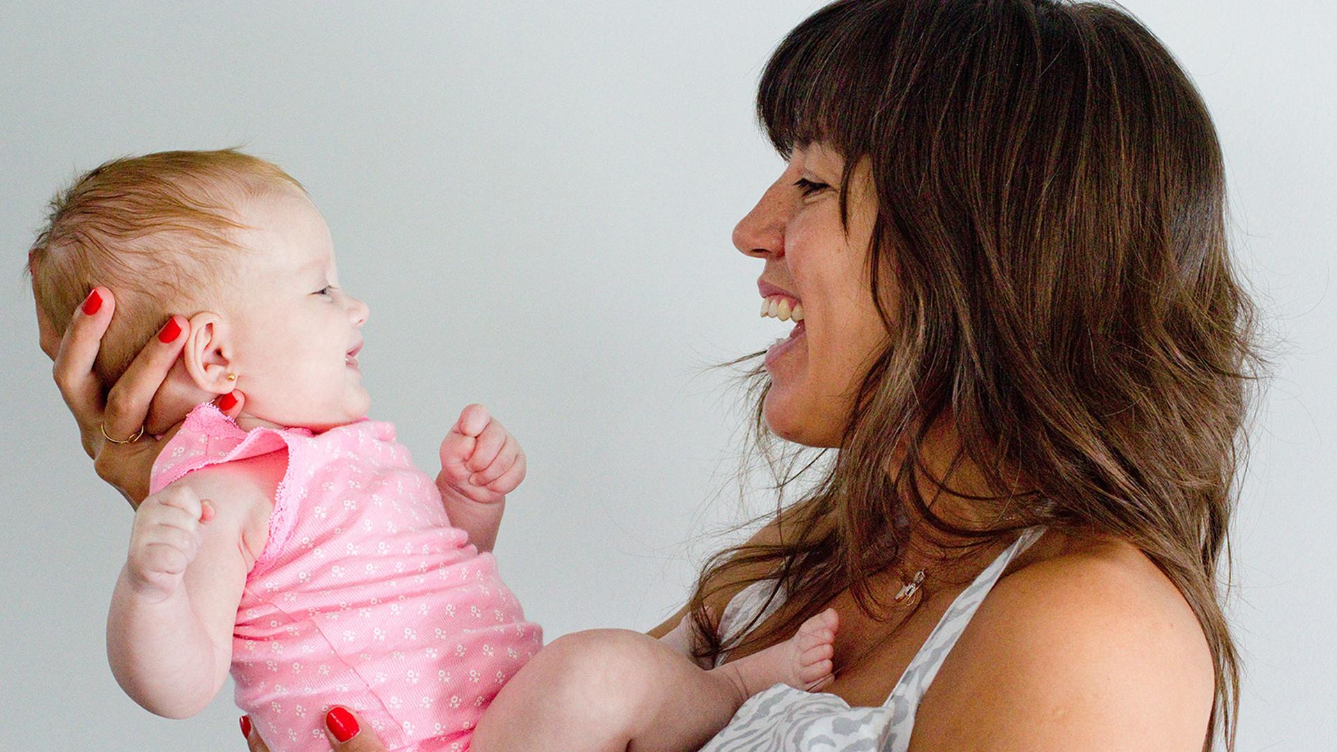 Los autores analizaron 24 bebés de seis meses, que fueron expuestos a voces y rostros que expresaban felicidad y enojo