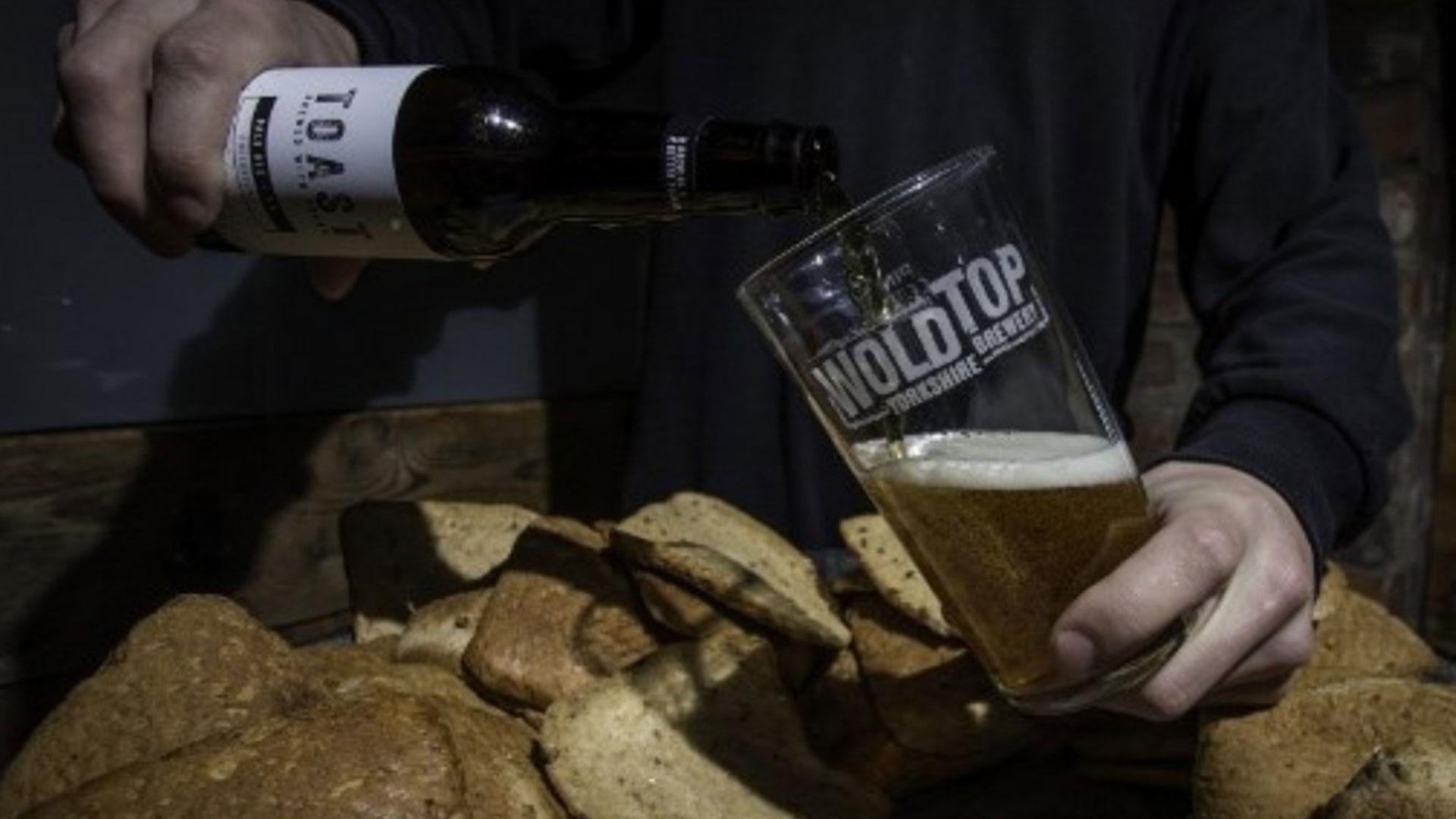 Toneladas de pan acaban en la basura cada año, y una asociación británica ha encontrado una solución refrescante a este derroche: convertirlo en cerveza