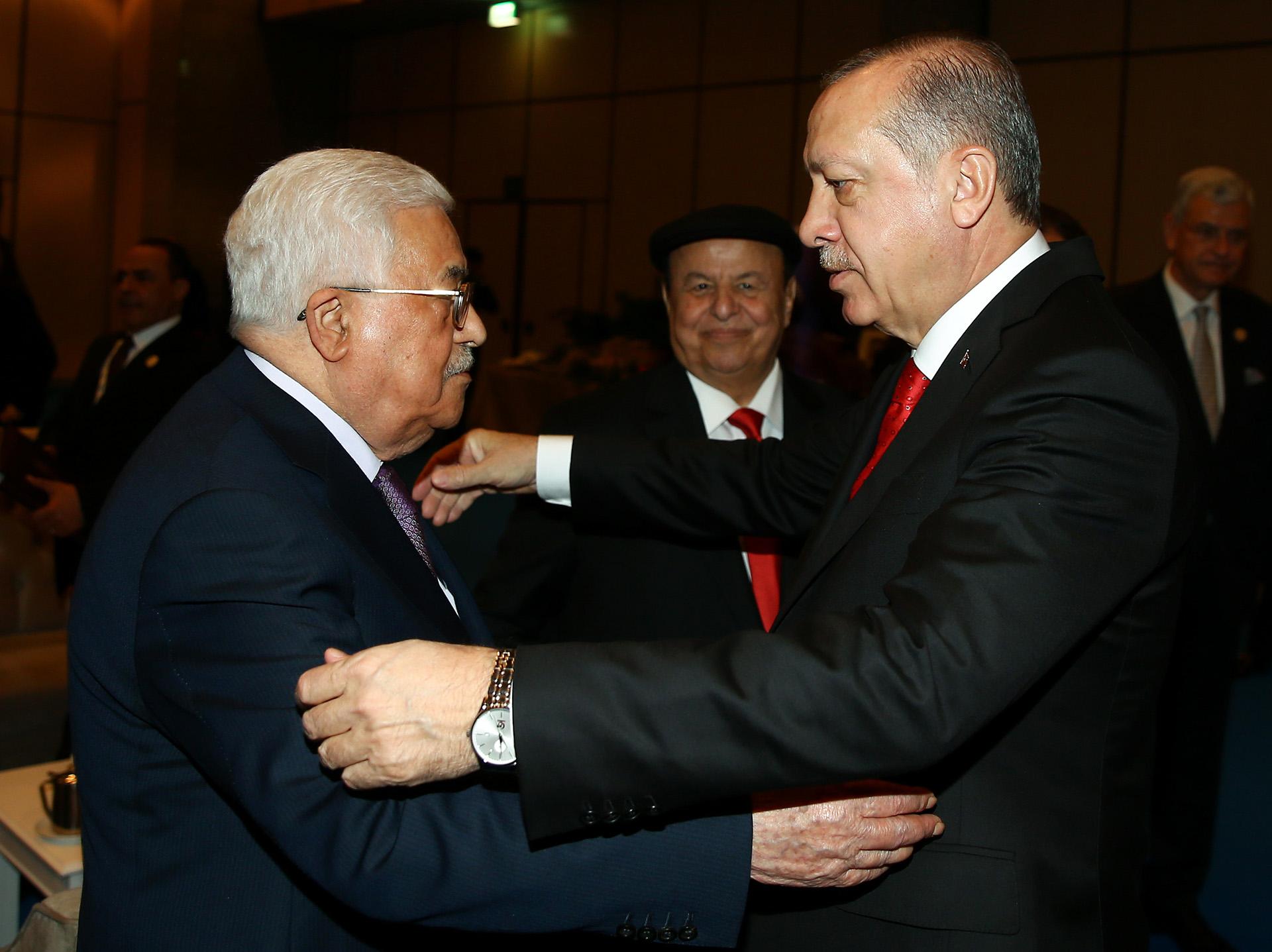 Erdogan saluda al presidente palestino, Mahmoud Abbas, en la cumbre de la OCI del año pasado (AFP PHOTO / TURKISH PRESIDENTIAL PRESS SERVICE / KAYHAN OZER)