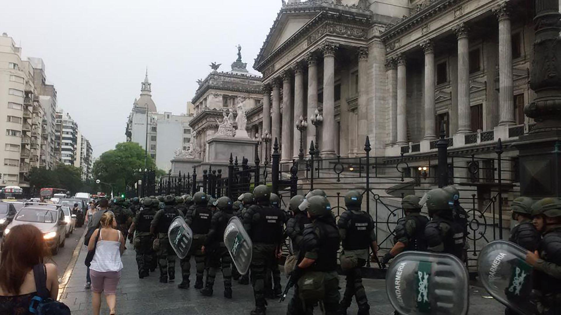 La Gendarmería se apostó frente al Congreso (@jmkarg)