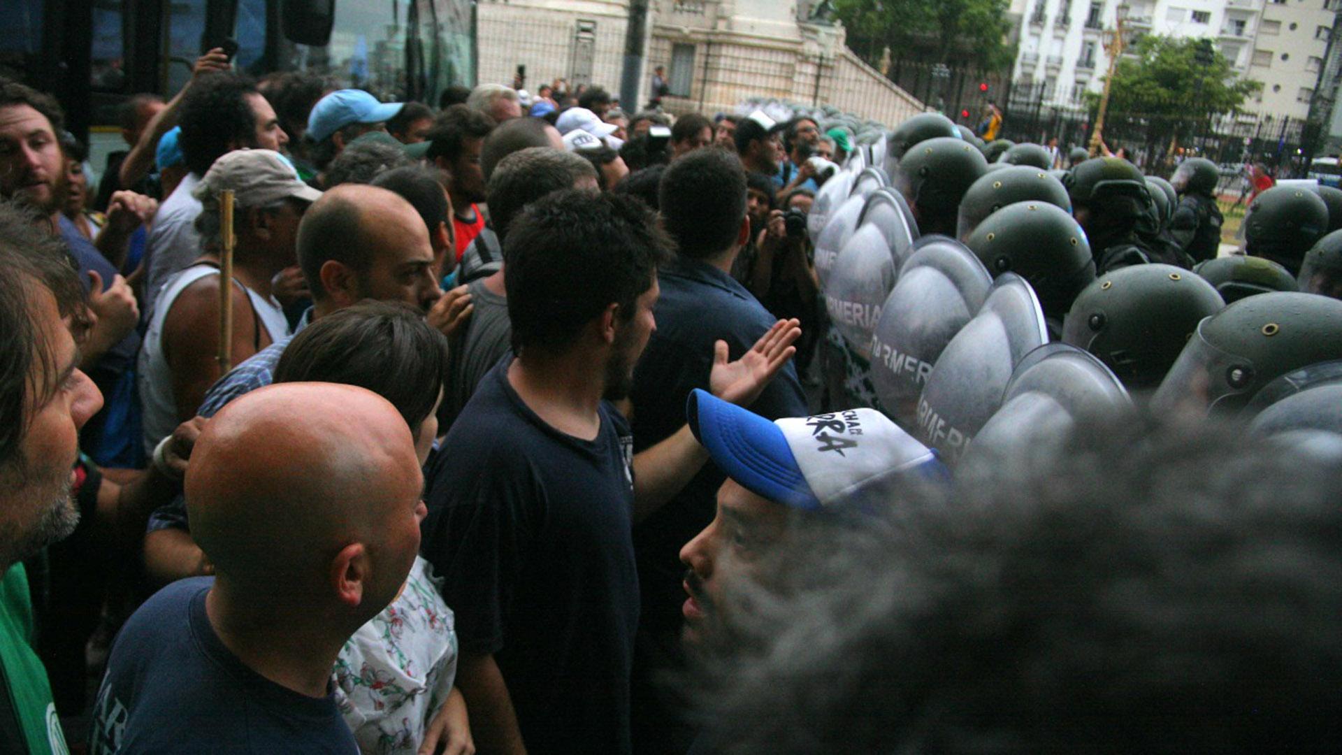 Los manifestantes se enfrentaron con la Gendarmería