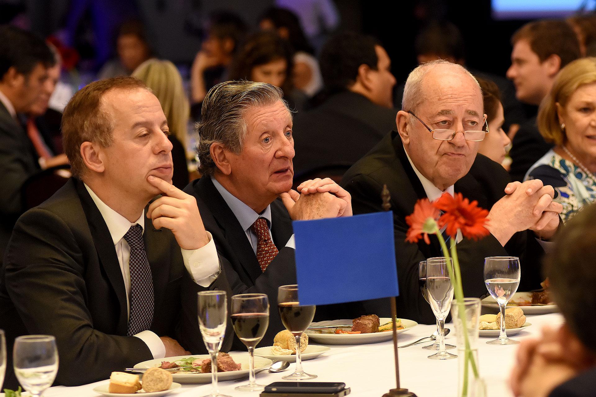 Martín Etchevers, gerente de Comunicación del Grupo Clarín; José Claudio Escribano (La Nación) y Guillermo Ignacio, directivo de ADEPA