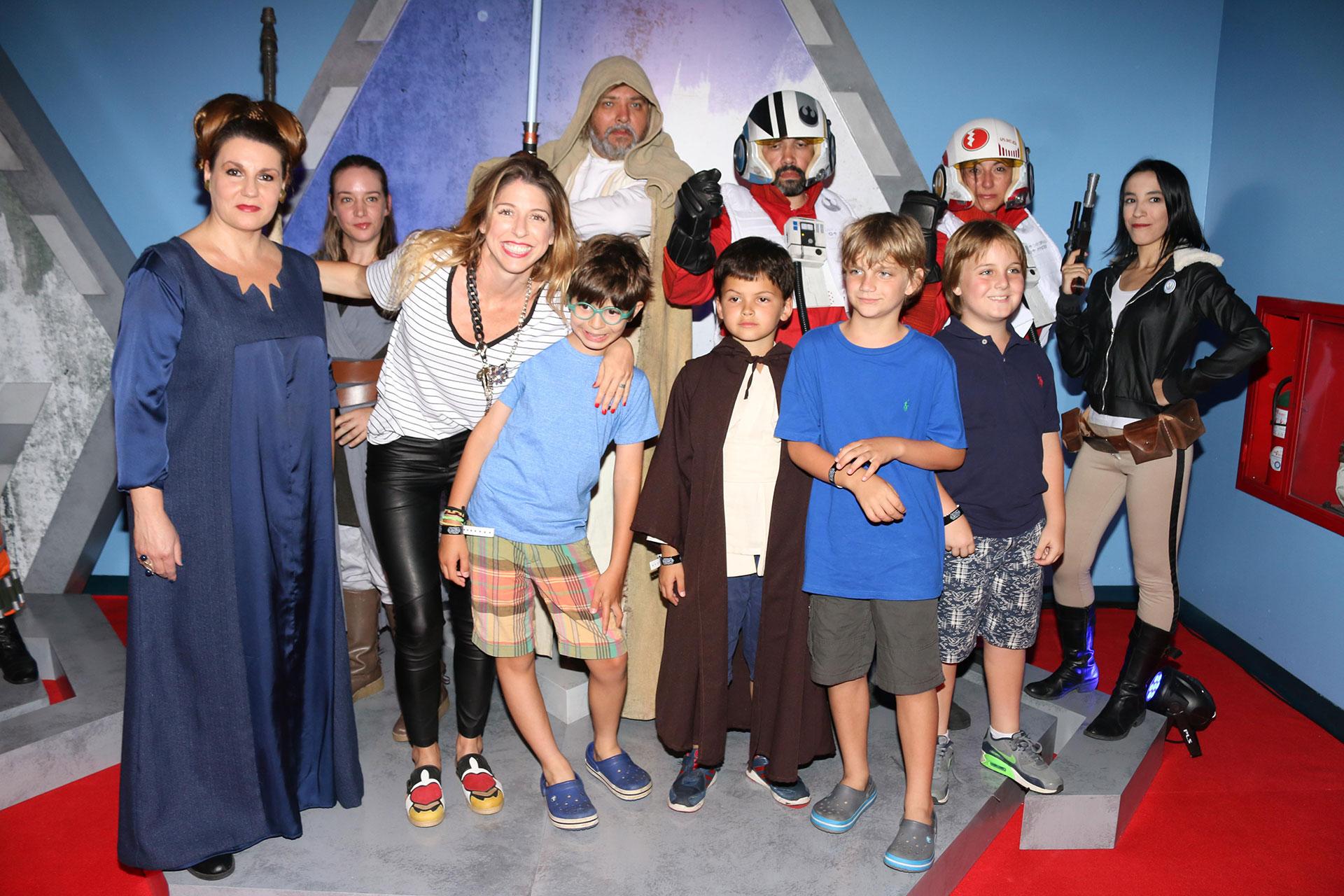 Florencia Bertoti y su hijo con amigos. Foto: Gentileza Disney