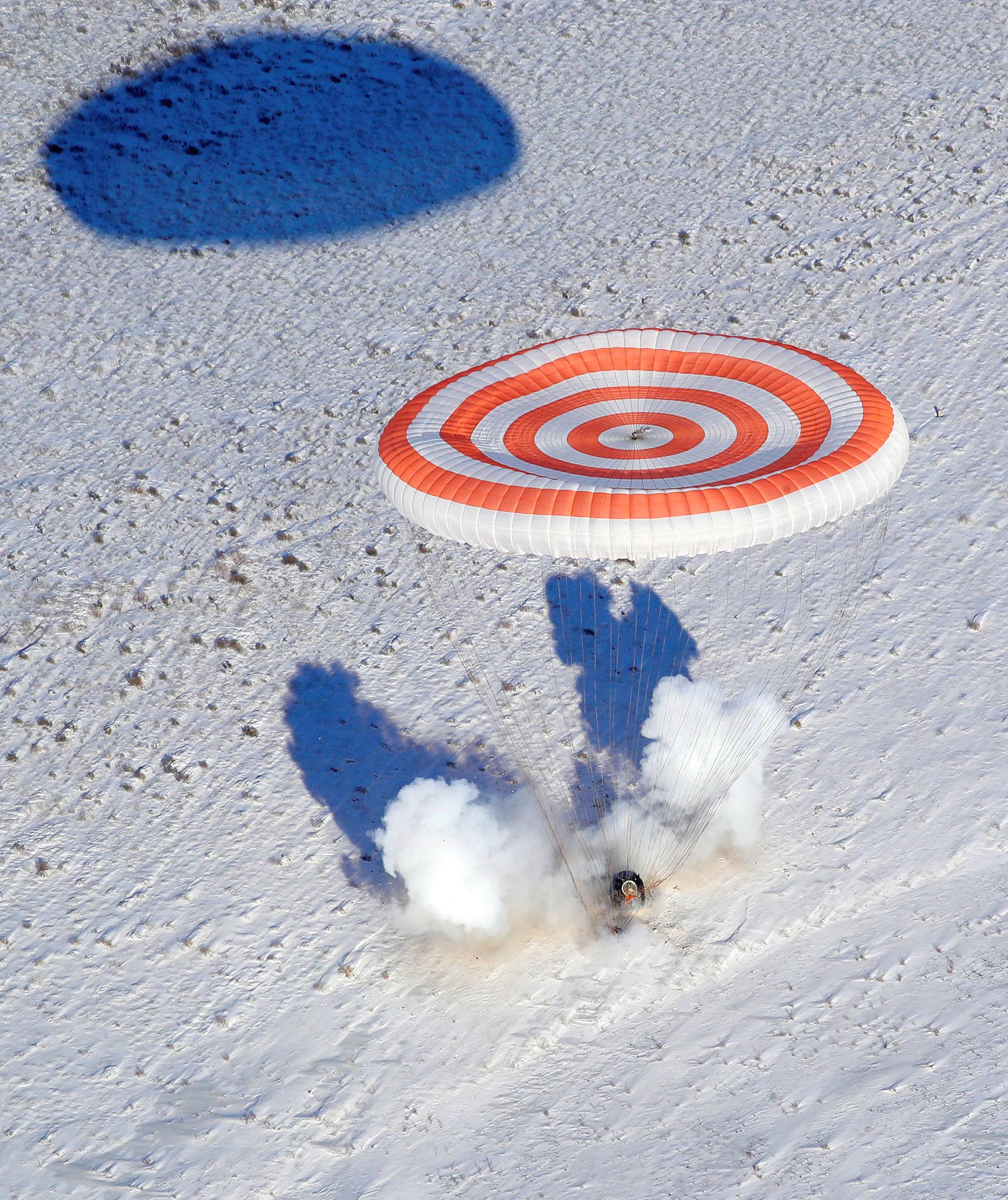 La capsula que trasladó al astronauta de la NASA Randy Bresnik, al cosmonauta ruso Sergey Ryazanskiy y a Paolo Nespoli, de la Agencia Espacial Europea, descendió con un paracaídas rojo y blanco y aterrizó según lo previsto a las 14:37 horas (8.37 GMT)