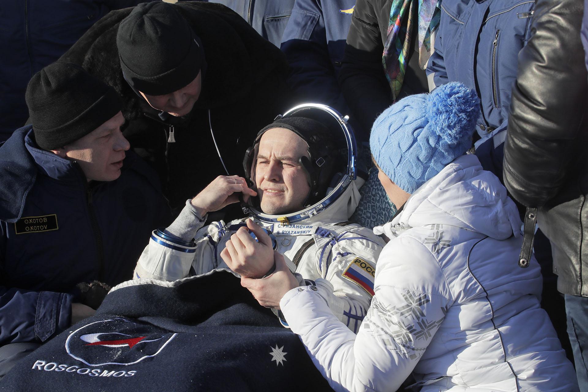 Personal asiste al ruso Sergey Ryazanskiy. Los tres investigadores despegaron del cosmódromo de Baikonur el 28 de julio de 2017