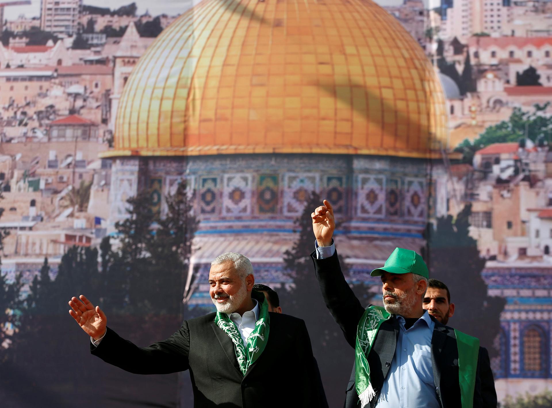 El líder de Hamas, Ismail HaniyehH, y el premier de Gaza Yehya Al Sinwar, con una imagen del Domo de la Roca en el fondo (Reuters)