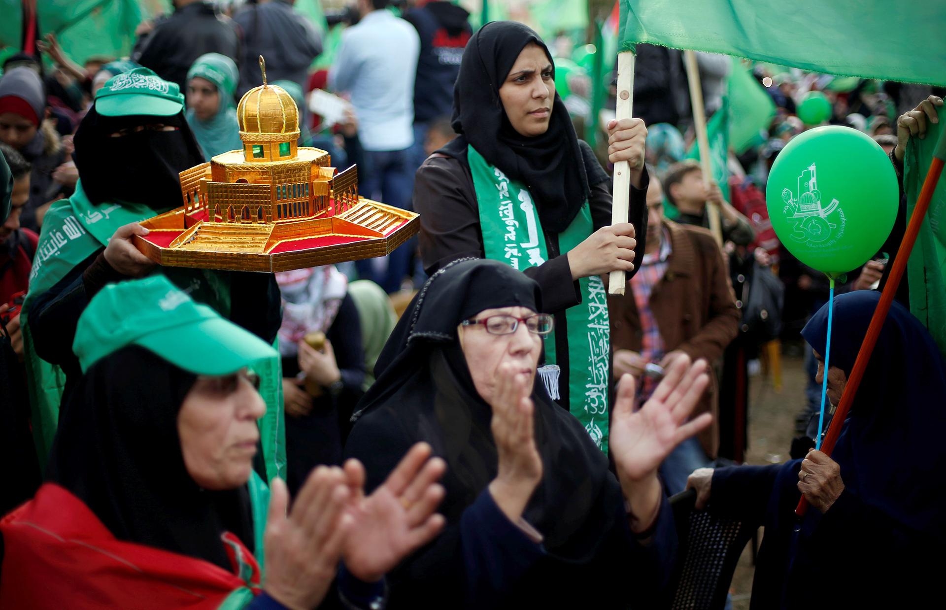 Una militante de Hamas sostiene una réplica del Domo de la Roca, uno de los sitios religiosos del islam en Jerusalén (Reuters)