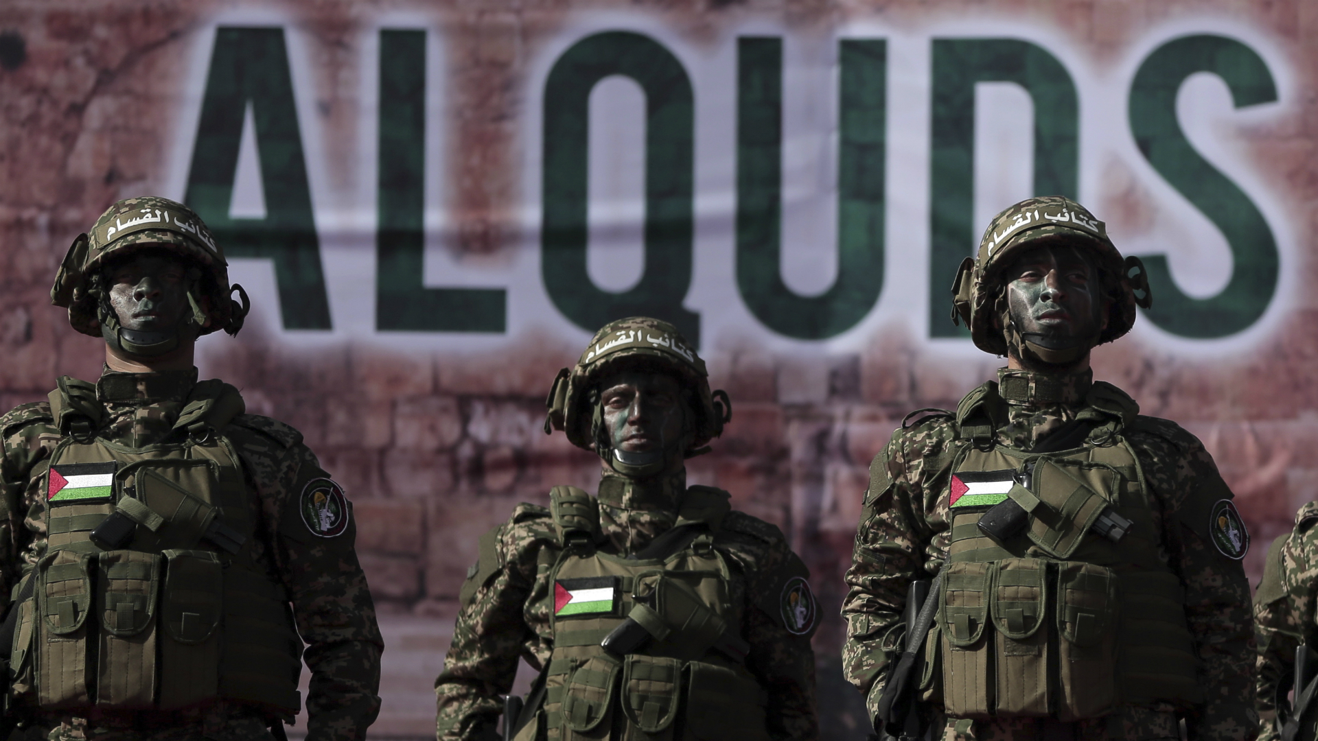 Tres militantes de Hamas con una inscripción, Al Quds, que se refiere al nombre que los musulmanes dan a Jerusalén (AP)