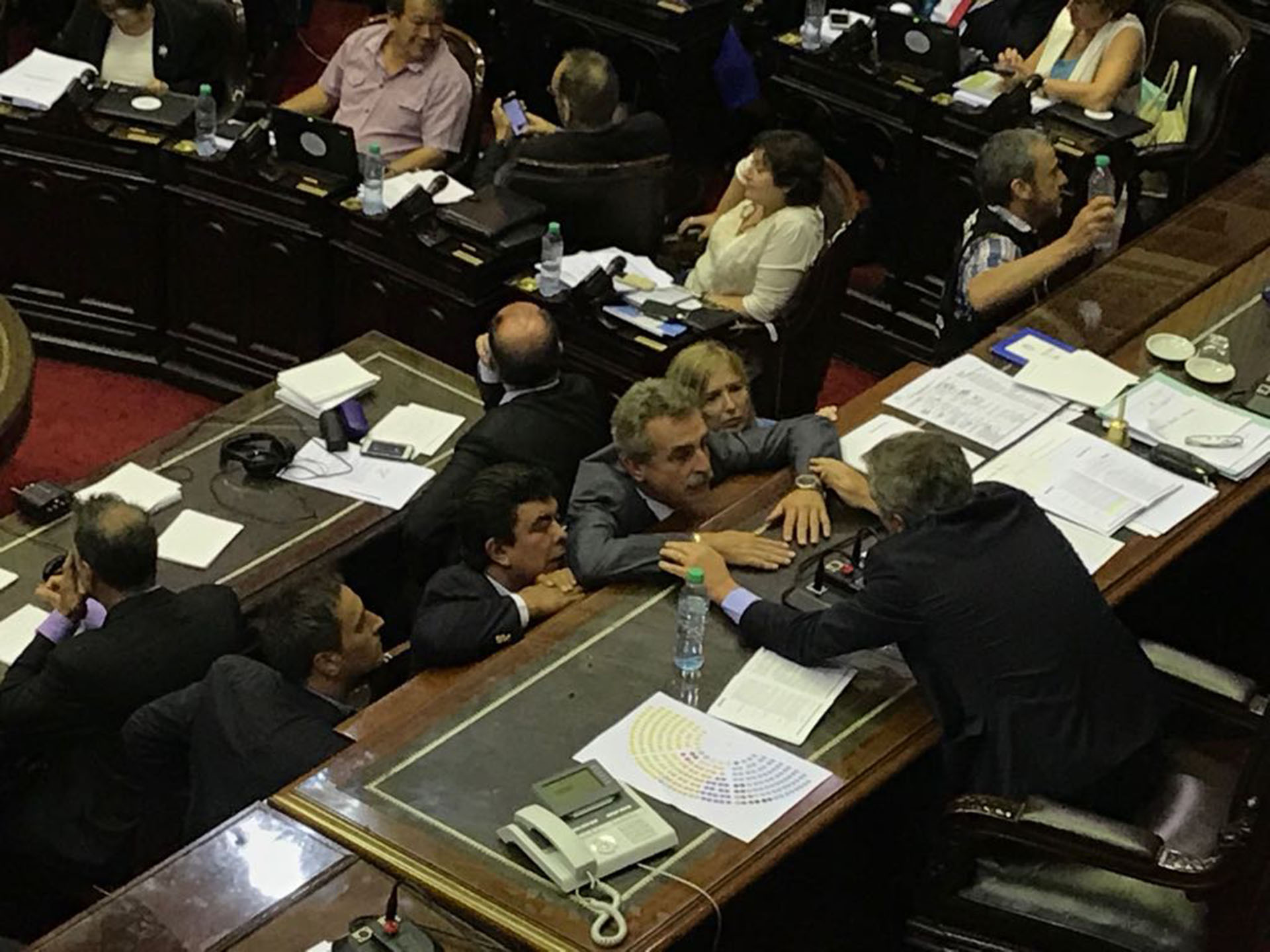 Agustín Rossi hablando con Emilio Monzó, presidente de la Cámara de Diputados