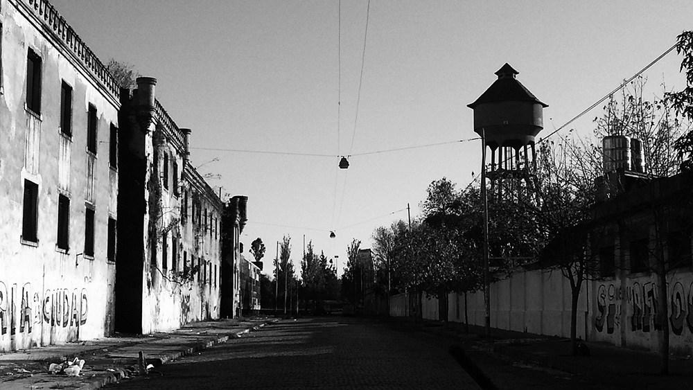 """La cárcel de Caseros fue su primer destinoluego de un raid de robos a mano armada. La unidad carcelariadejó de funcionar en2001. En 2002 allí se grabo la miniserie """"Tumberos"""""""