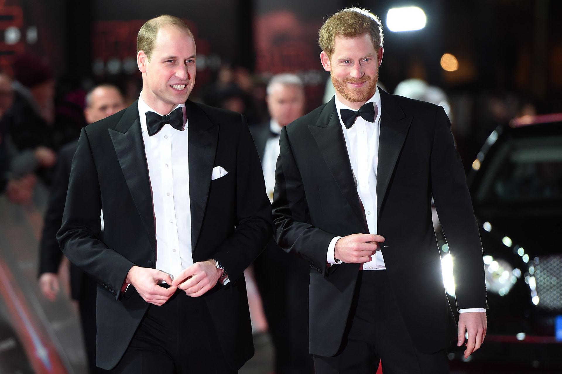 Los nietos de la reina Isabel II caminaron por la red carpet vestidos con smoking. Una versión asegura que habrían salido en algunas tomas de la película disfrazados de stormtroopers