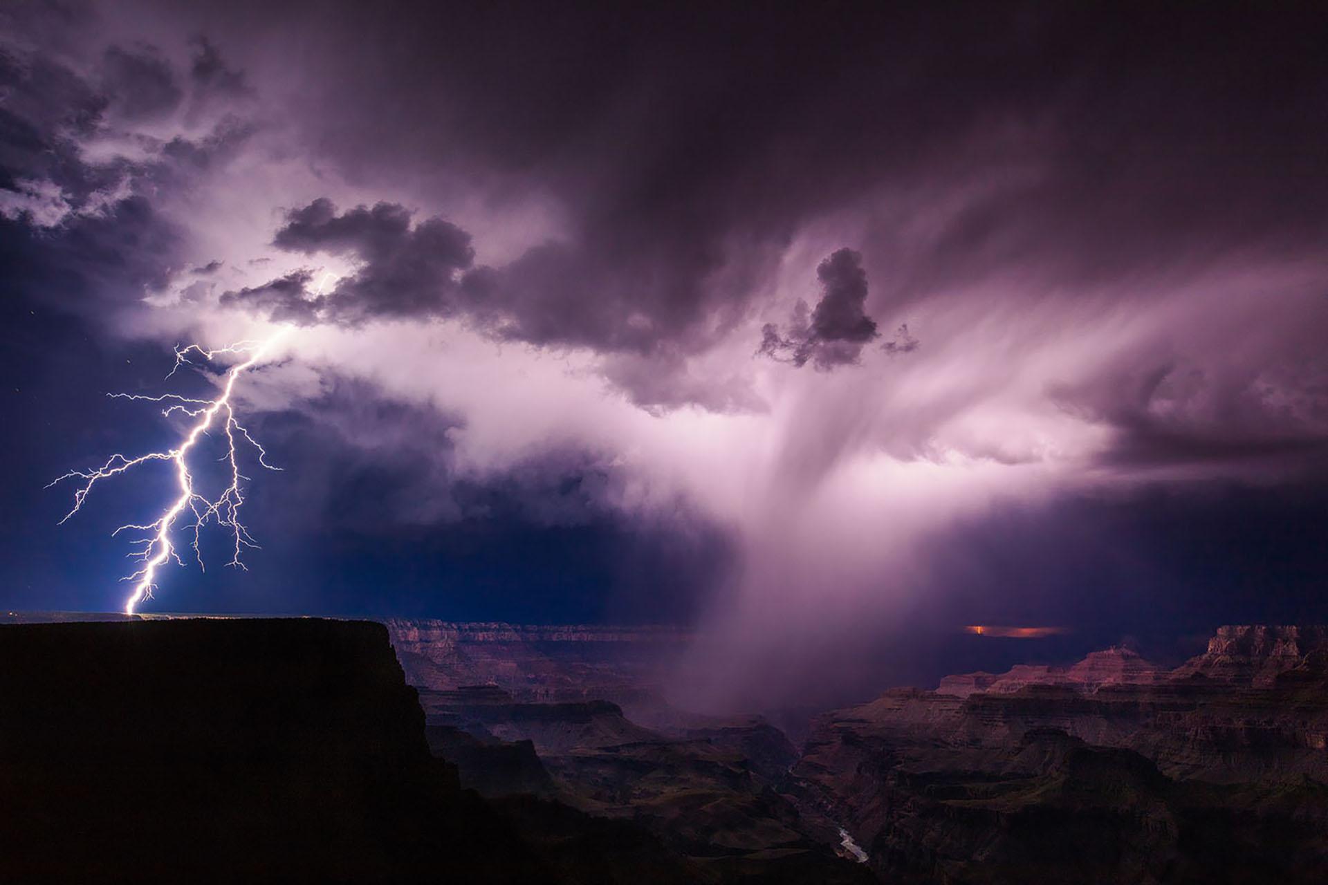 Una tormenta eléctrica de verano desata relámpagos en el borde sur del Gran Cañón.