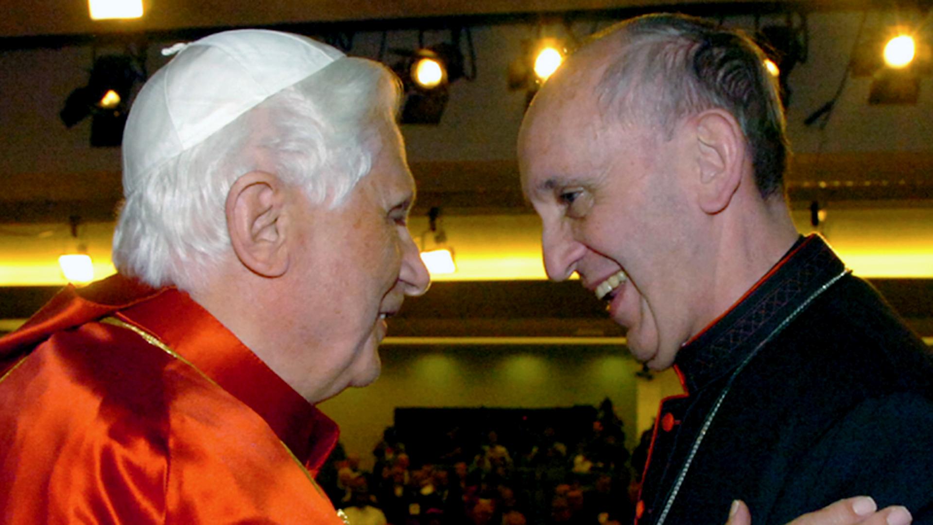 Benedicto XVI con el cardenal Jorge Bergoglio, en la V Conferencia general del CELAM, en el santuario de Nuestra Señora de la Concepción Aparecida, Brasil, el 13 de mayo de 2007
